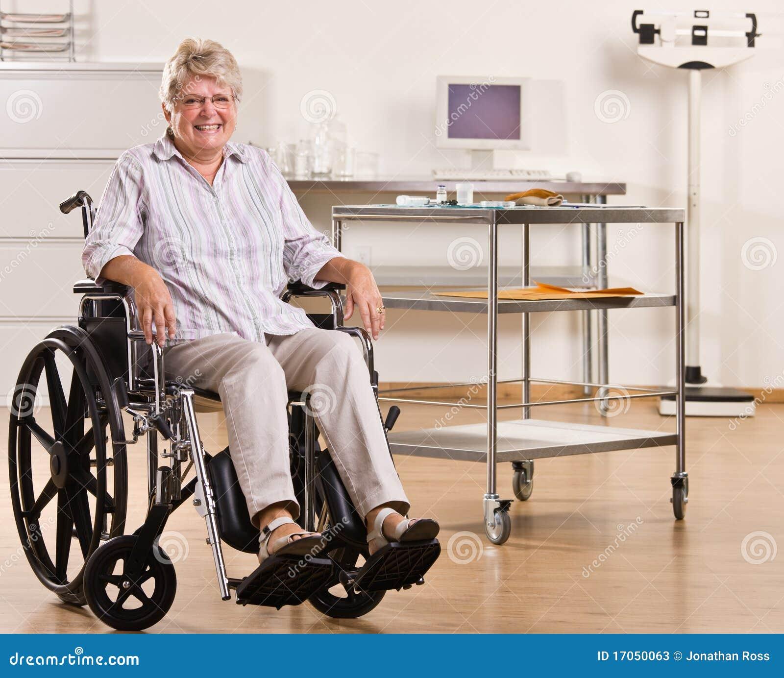 ανώτερη γυναίκα αναπηρικών