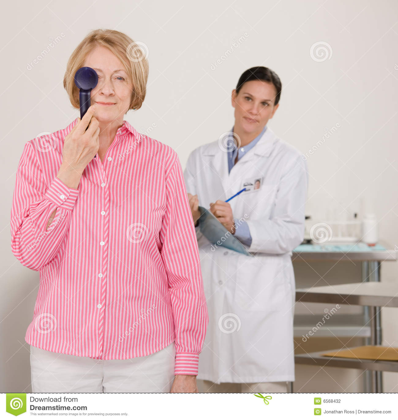 ανώτερη γυναίκα ματιών δια&g