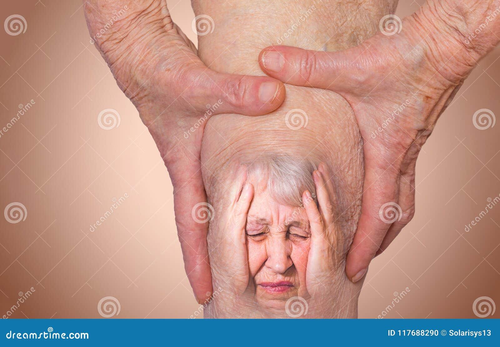 Ανώτερη γυναίκα που κρατά το γόνατο με τον πόνο