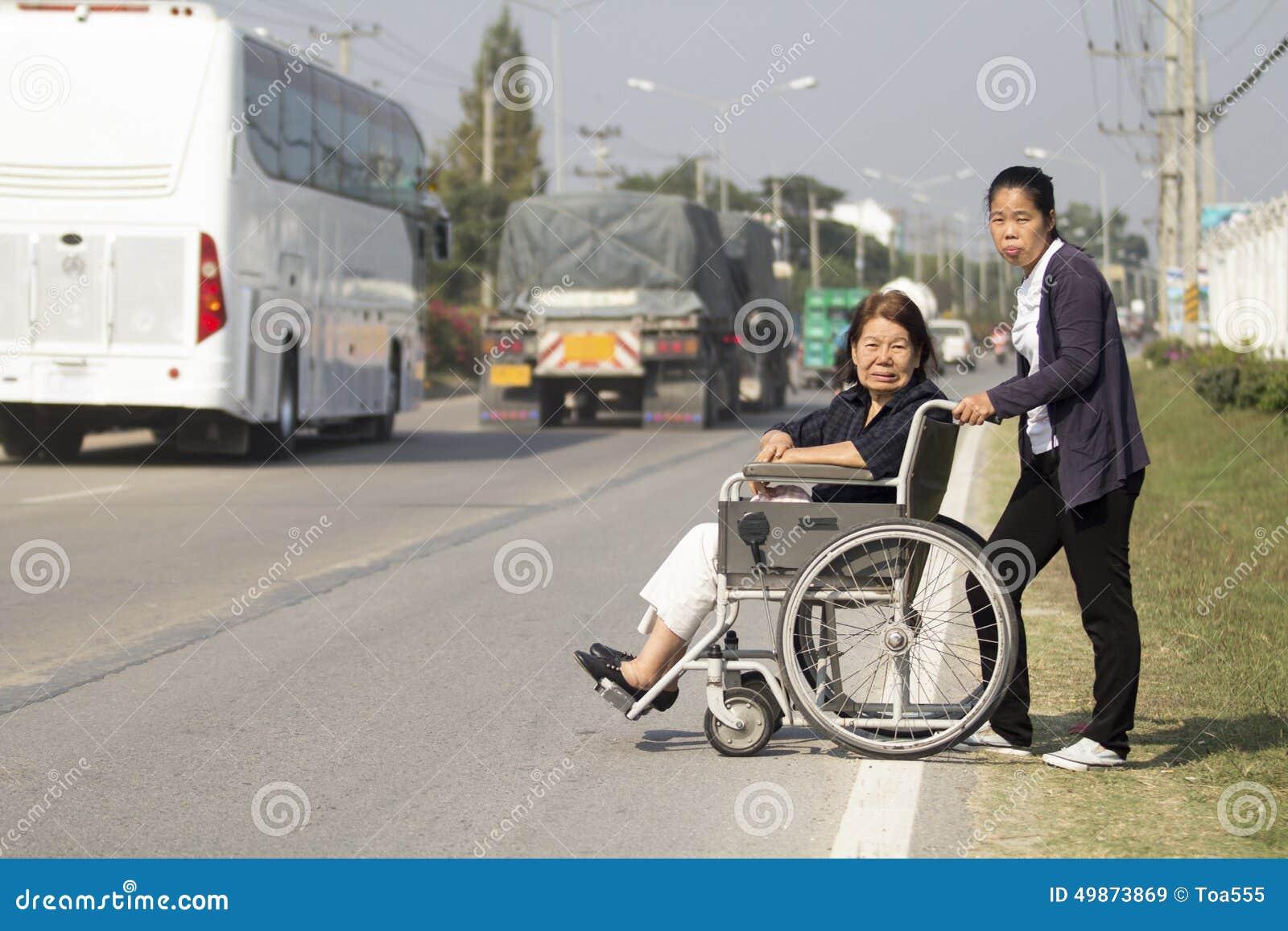 Ανώτερη γυναίκα που χρησιμοποιεί μια διαγώνια οδό αναπηρικών καρεκλών