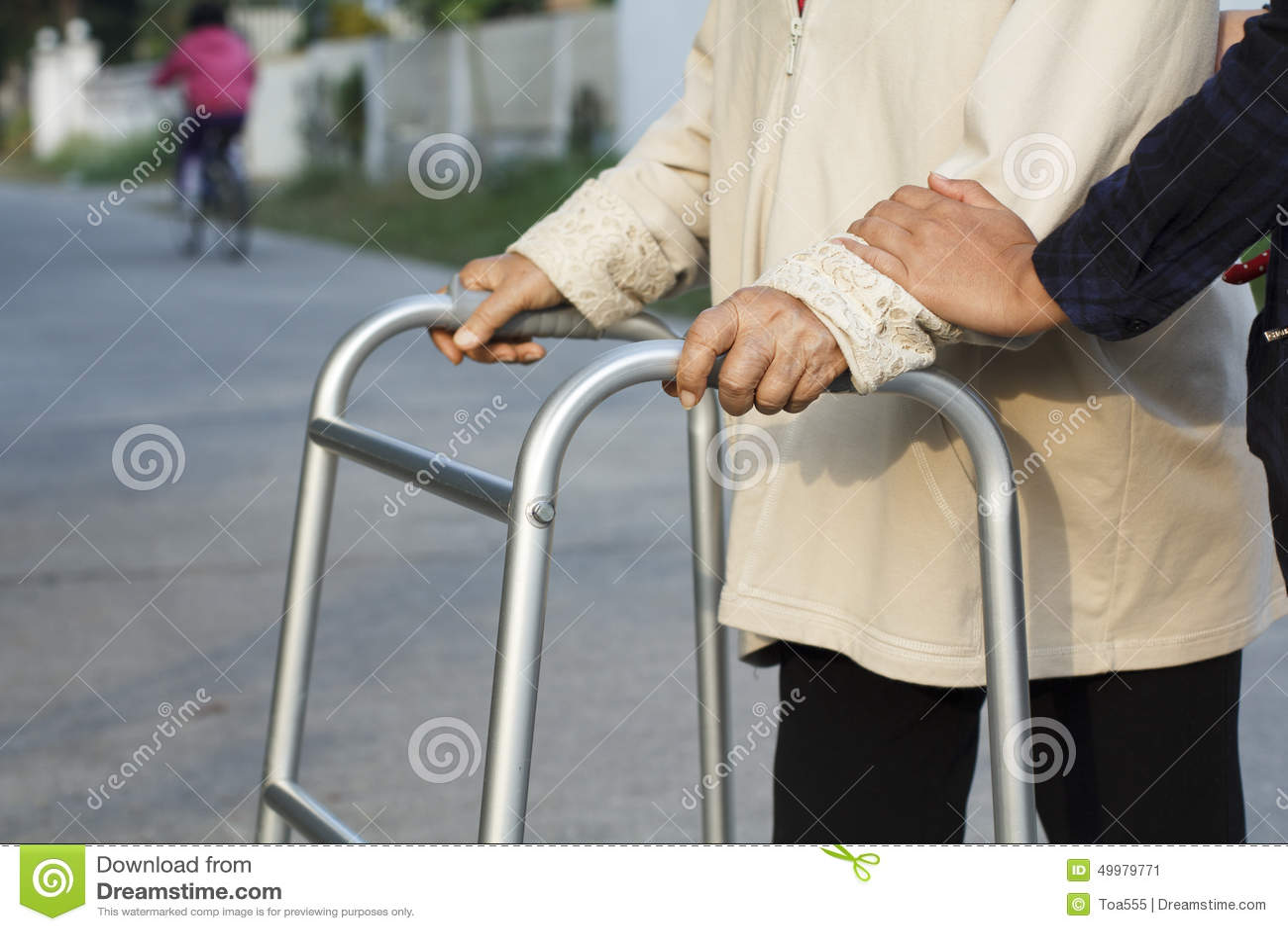 Ανώτερη γυναίκα που χρησιμοποιεί μια διαγώνια οδό περιπατητών