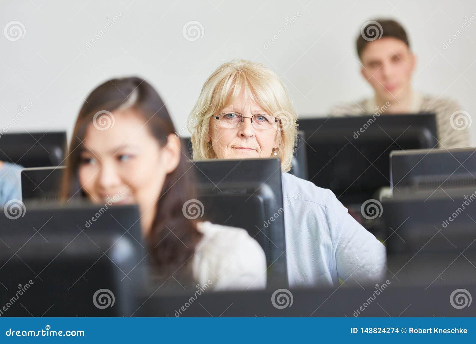 Ανώτερη γυναίκα στη σειρά μαθημάτων υπολογιστών