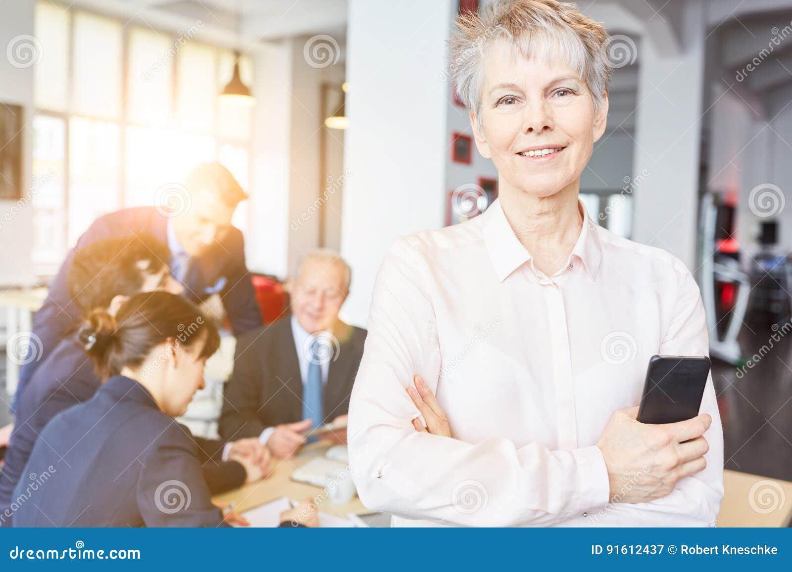 Ανώτερη γυναίκα ως επιχειρηματία