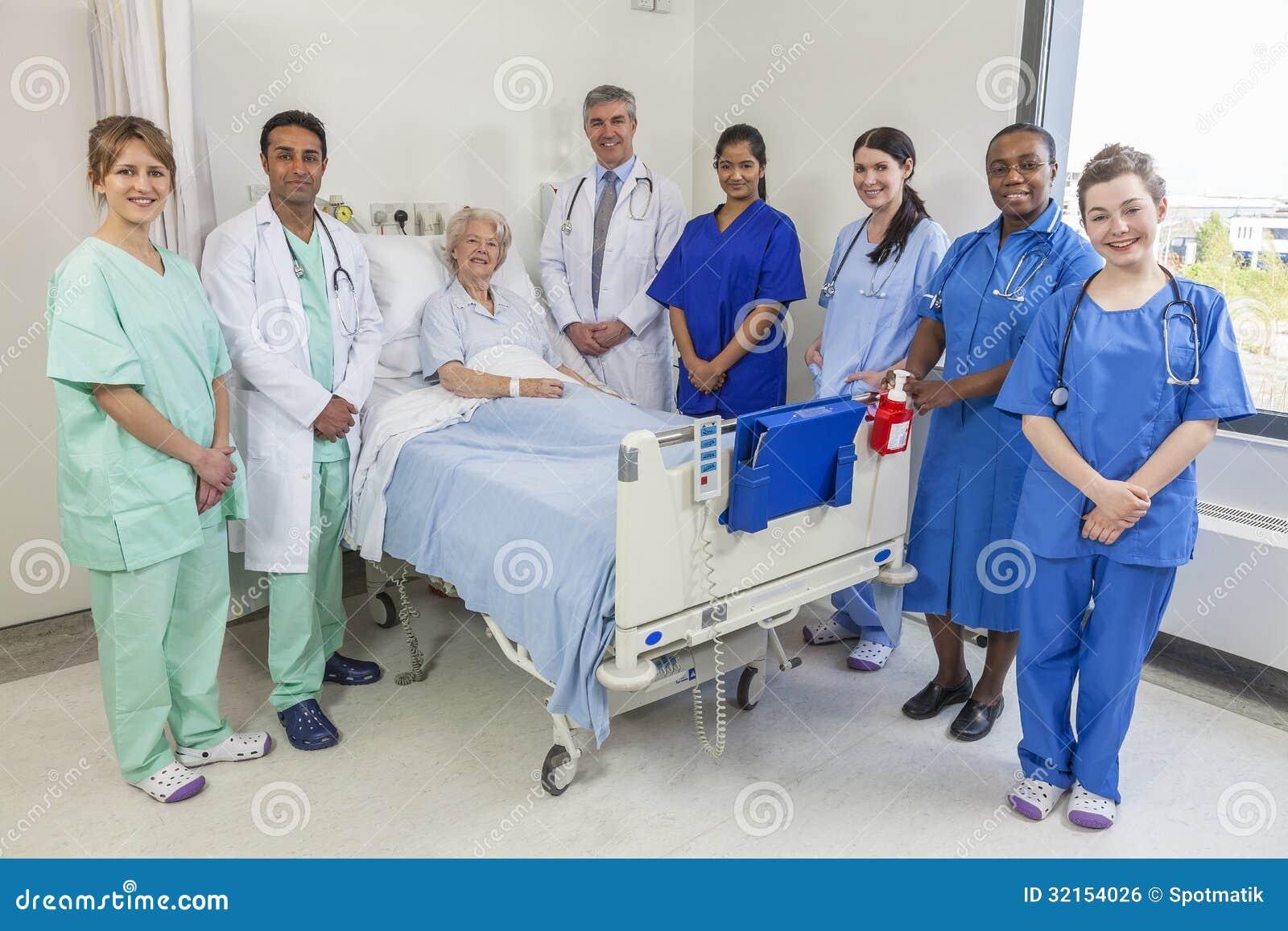 Ανώτερη θηλυκή ιατρική ομάδα γιατρών & νοσοκόμων γυναικών υπομονετική