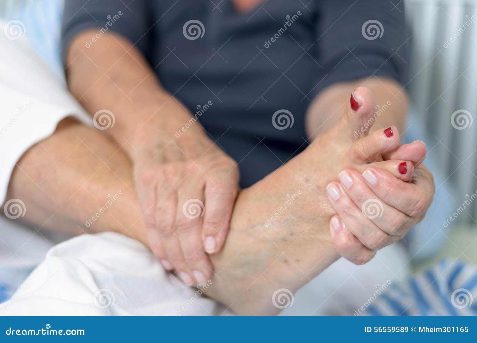 Download Ανώτερη κυρία που τρίβει το πόδι της Στοκ Εικόνα - εικόνα από σοβαρός, πρεσβύτερος: 56559589