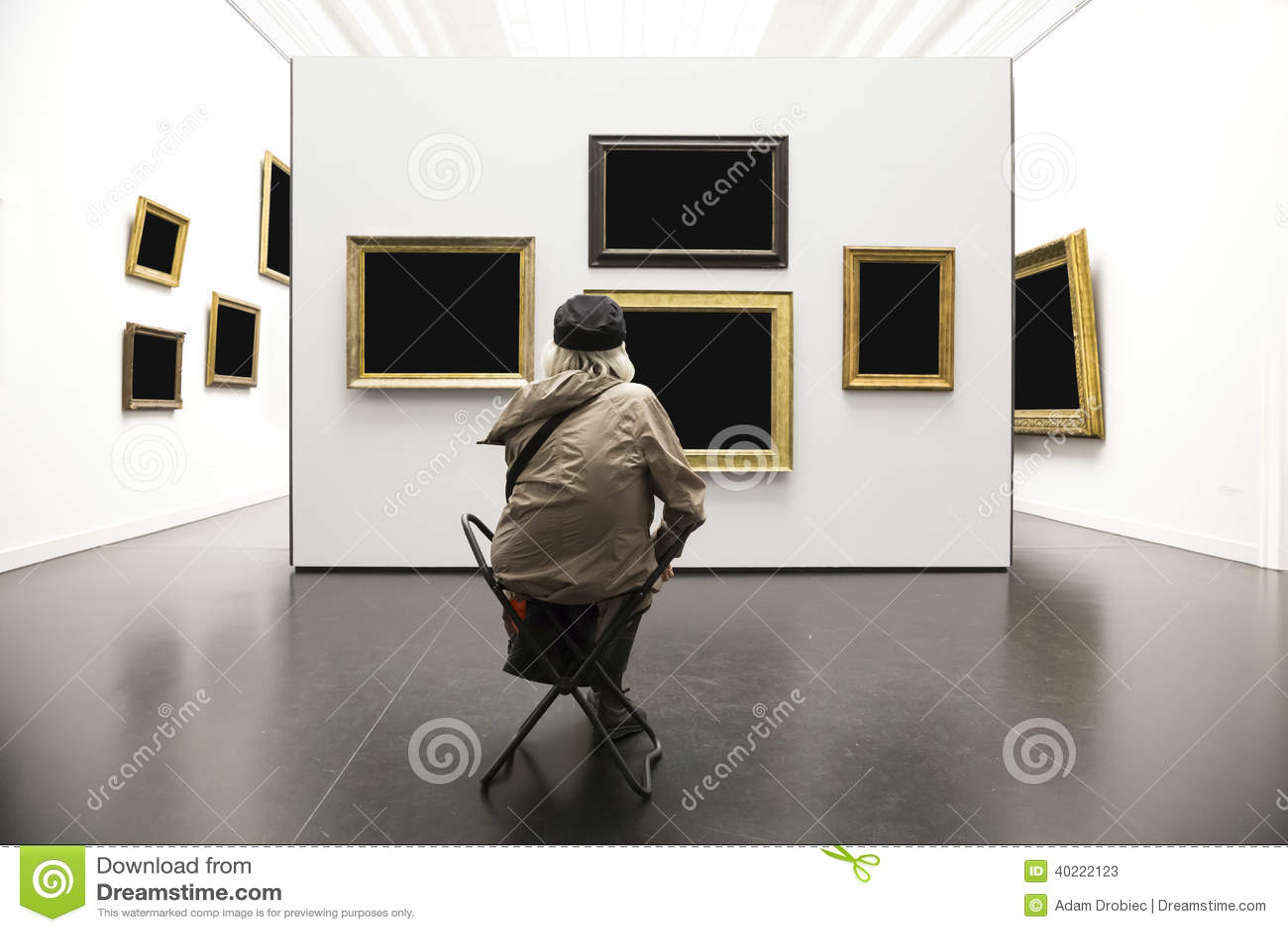 Ανώτερη κυρία στο γκαλερί τέχνης