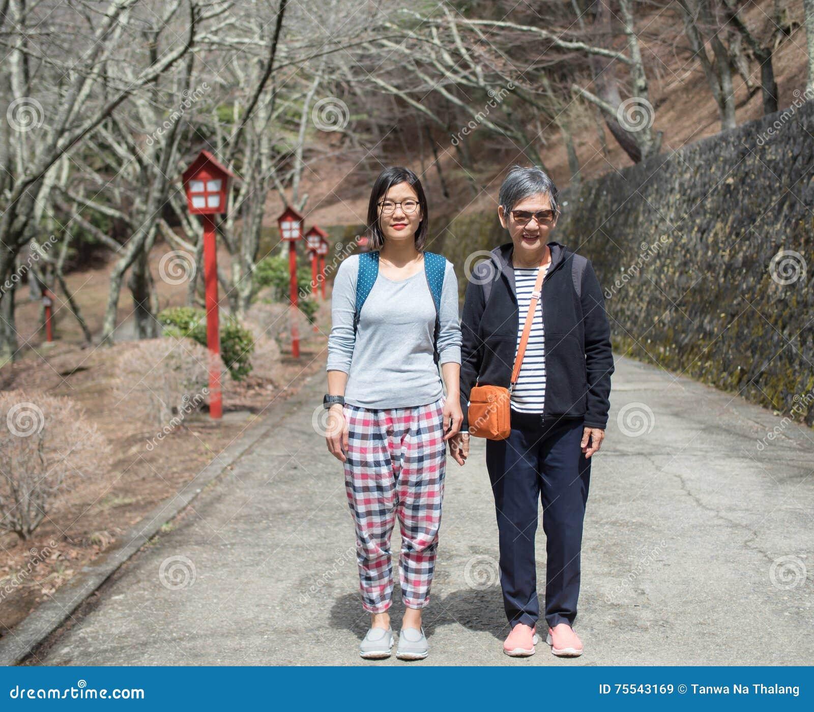 Ανώτερη μητέρα και ενήλικη κόρη που στέκονται στο δρόμο