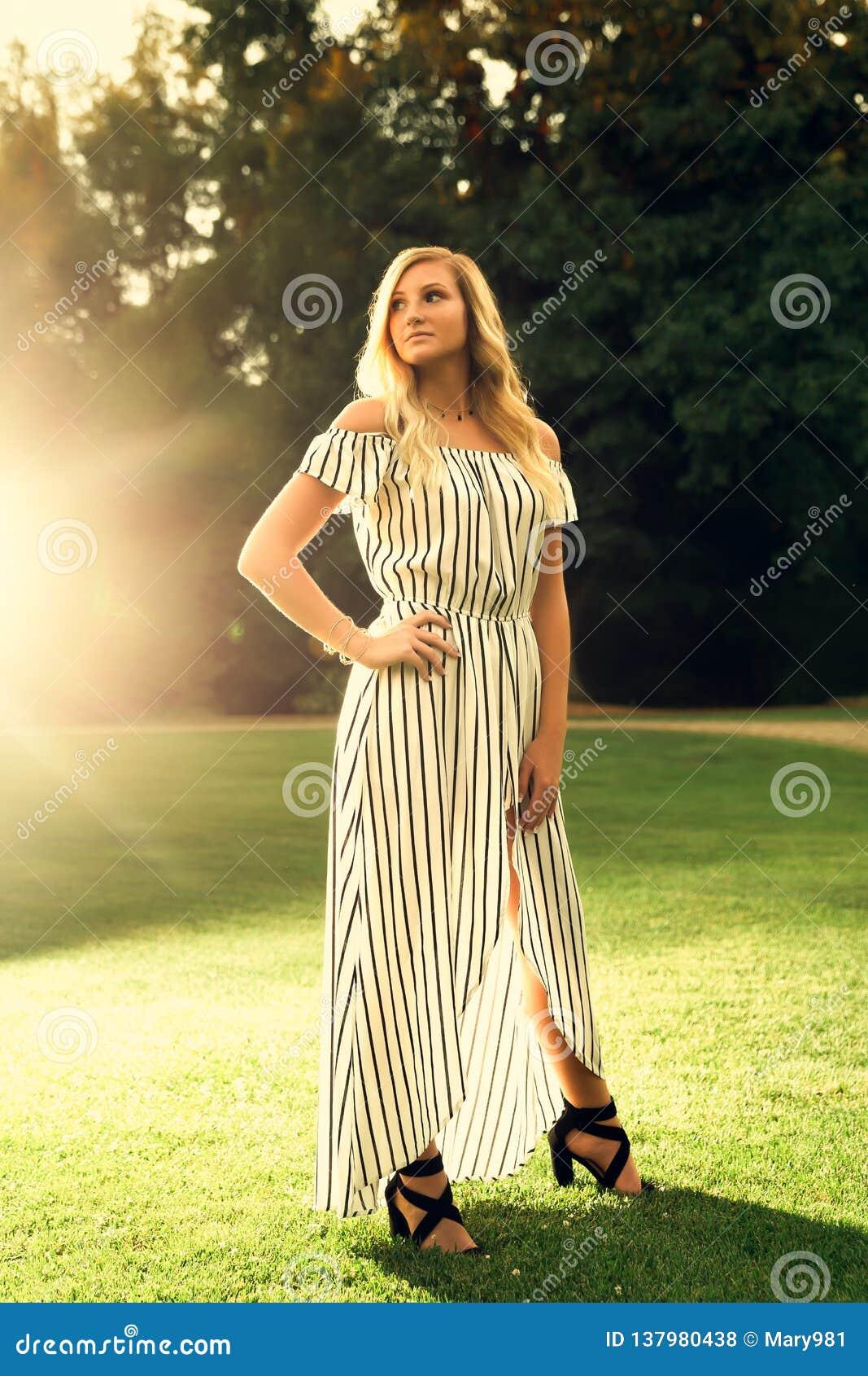 Ανώτερη φωτογραφία γυμνασίου του ξανθού καυκάσιου κοριτσιού υπαίθρια Romper στο φόρεμα