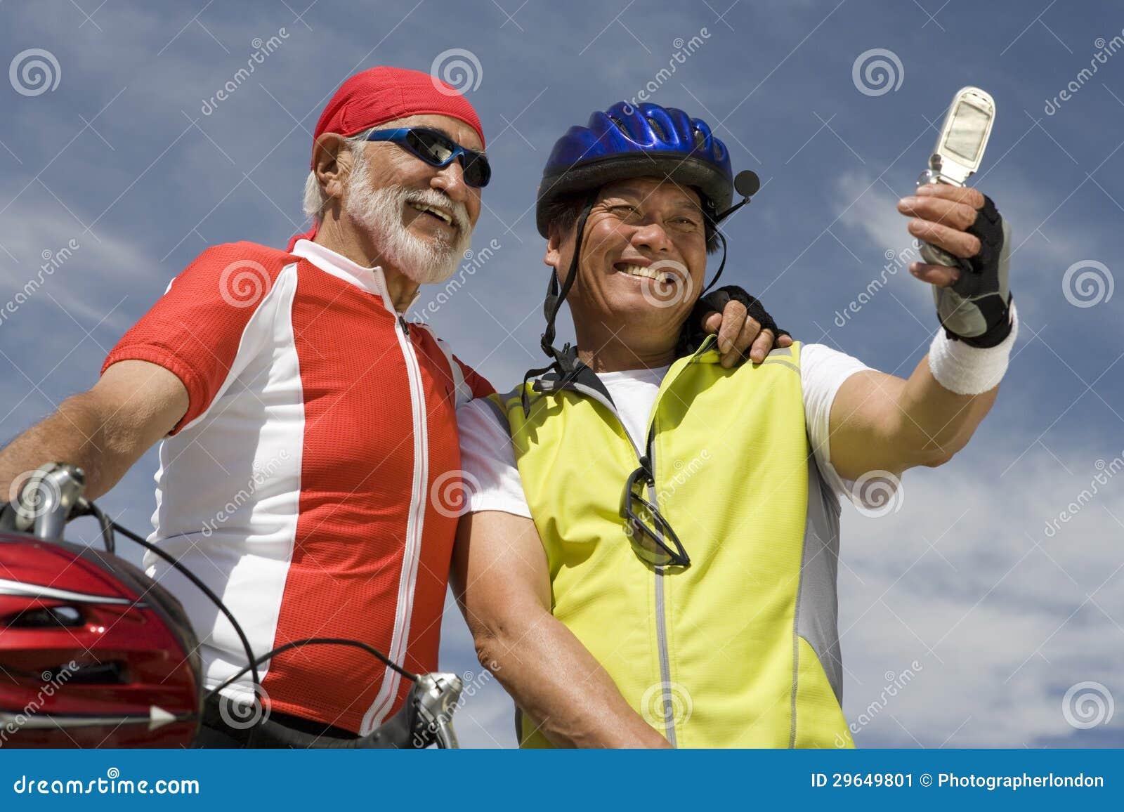 Ανώτεροι αρσενικοί ποδηλάτες που παίρνουν την αυτοπροσωπογραφία