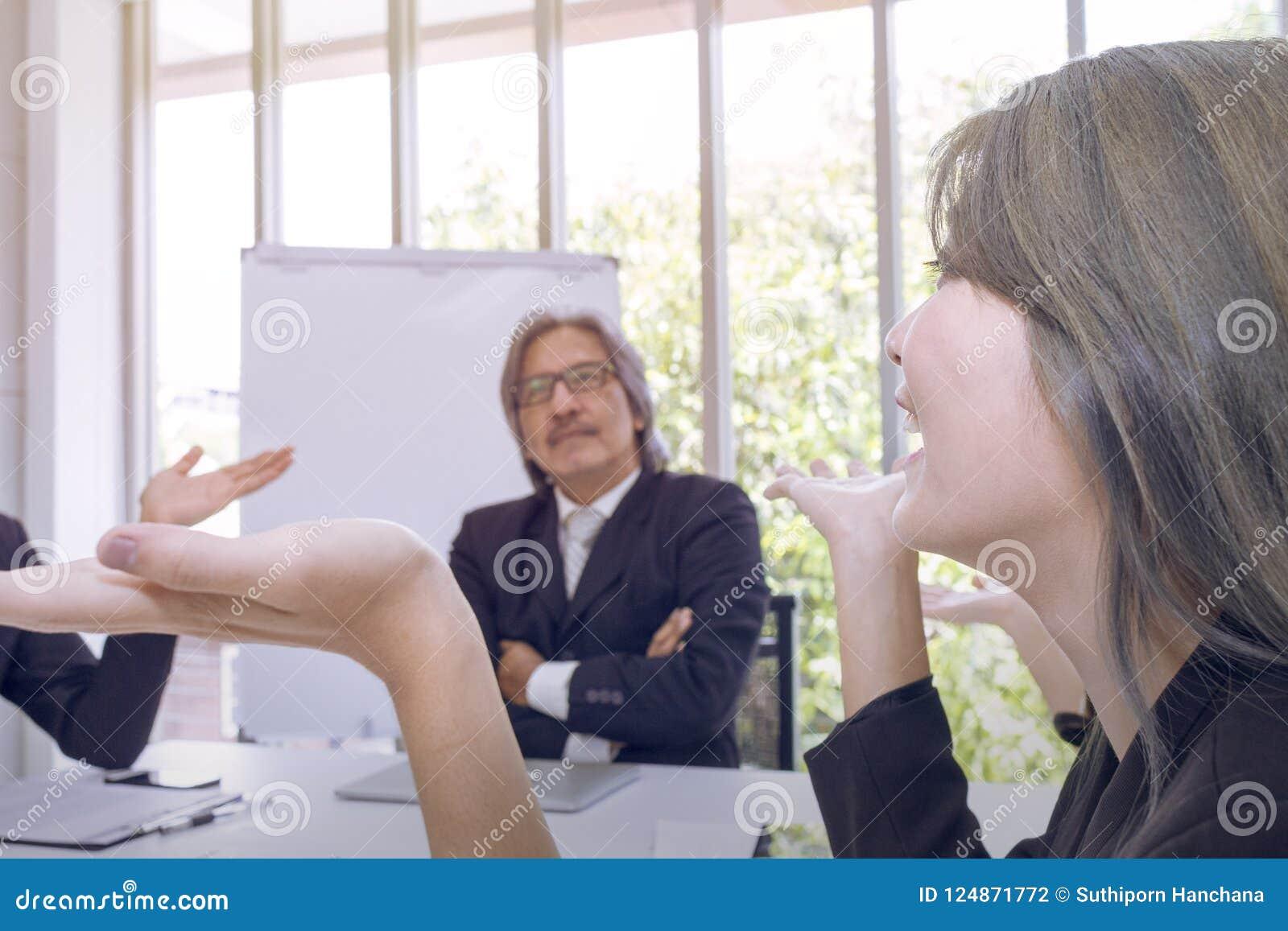 Ανώτεροι διευθυντές που σκέφτονται και που συναντιούνται με την επιχειρησιακή ομαδική εργασία