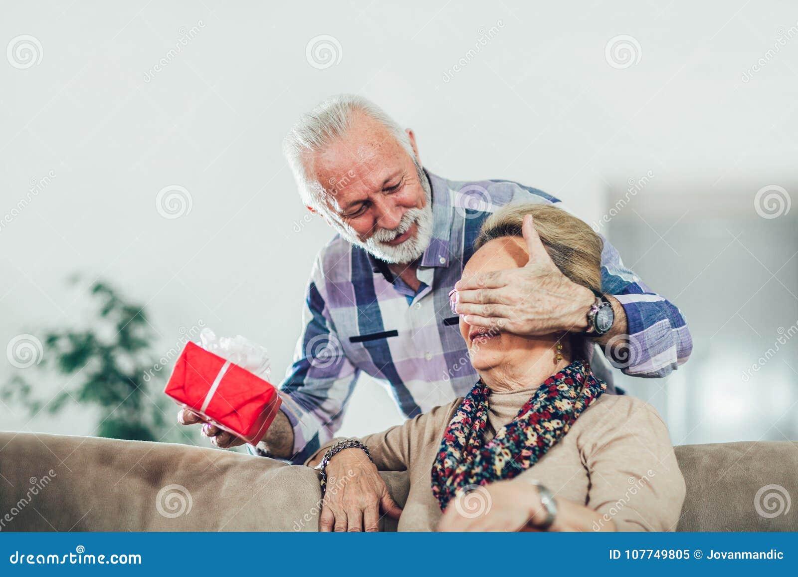 Ανώτερος άνδρας που δίνει ένα παρόν στη γυναίκα του