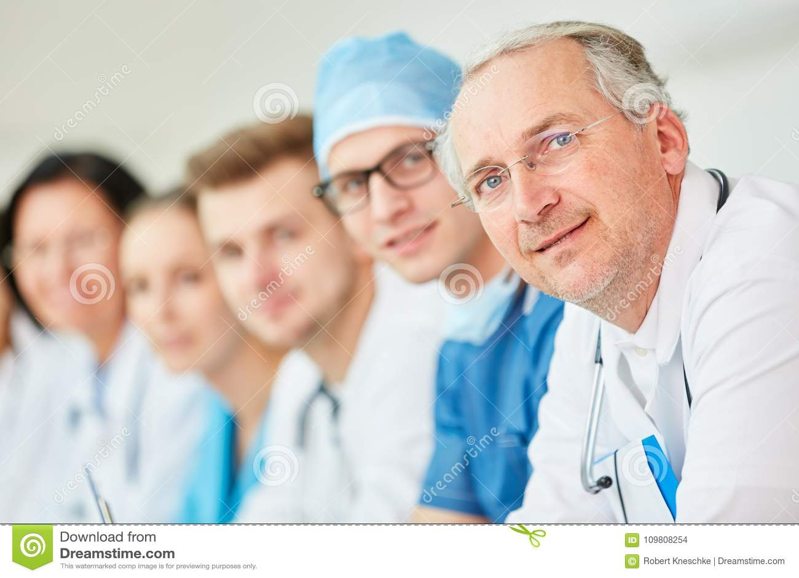 Ανώτερος γιατρός με την εμπειρία