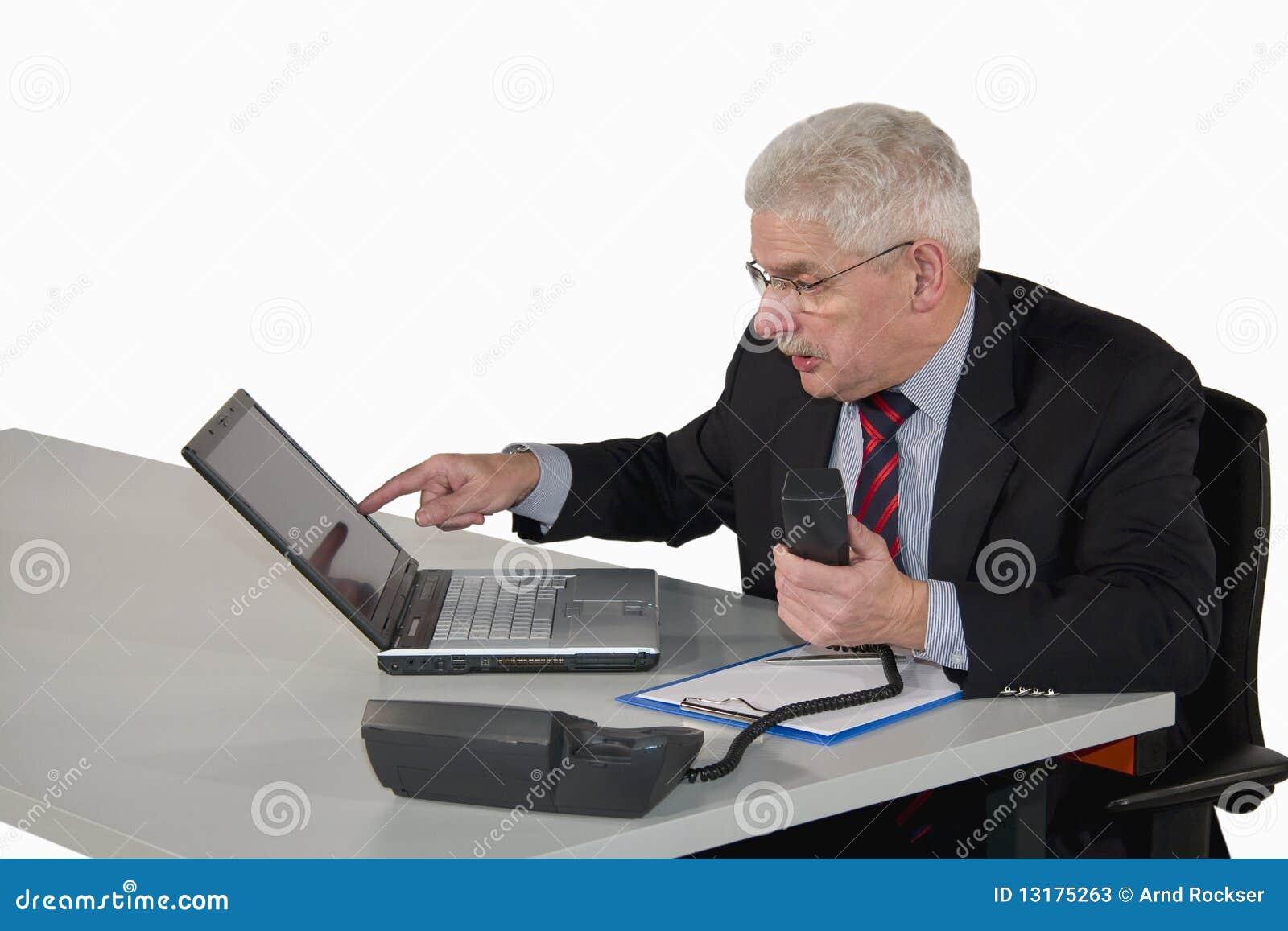 Ανώτερος διευθυντής που δείχνει στο lap-top