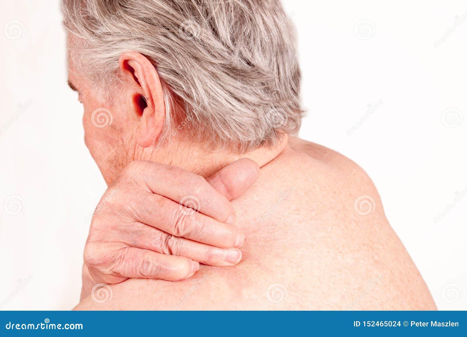 Ανώτερο άτομο με τον πόνο στην πλάτη που απομονώνεται σε πιό άσπρο