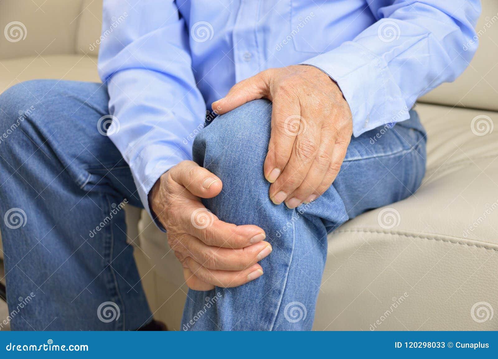 Ανώτερο άτομο με τον πόνο στο γόνατο