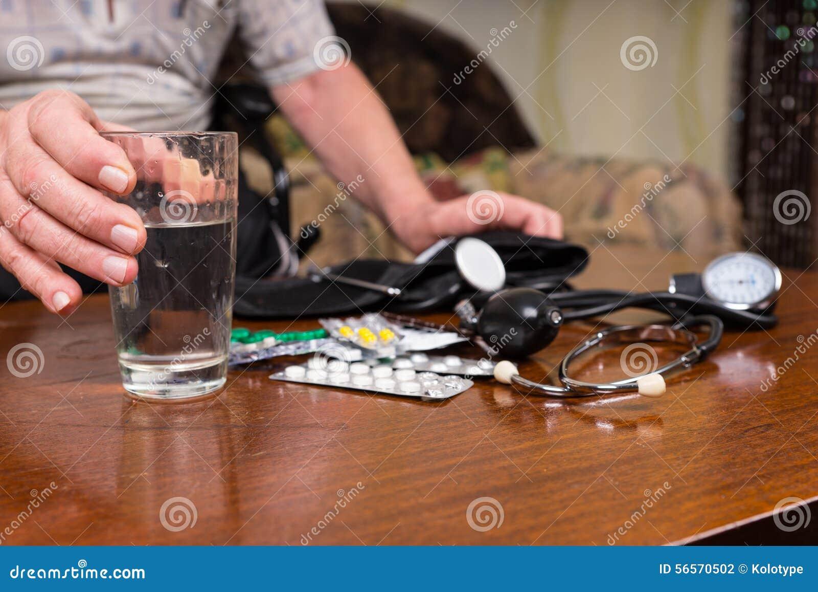 Download Ανώτερο άτομο με το φάρμακο και τα ιατρικά εφόδια Στοκ Εικόνες - εικόνα από ιατρική, διαφορετικός: 56570502