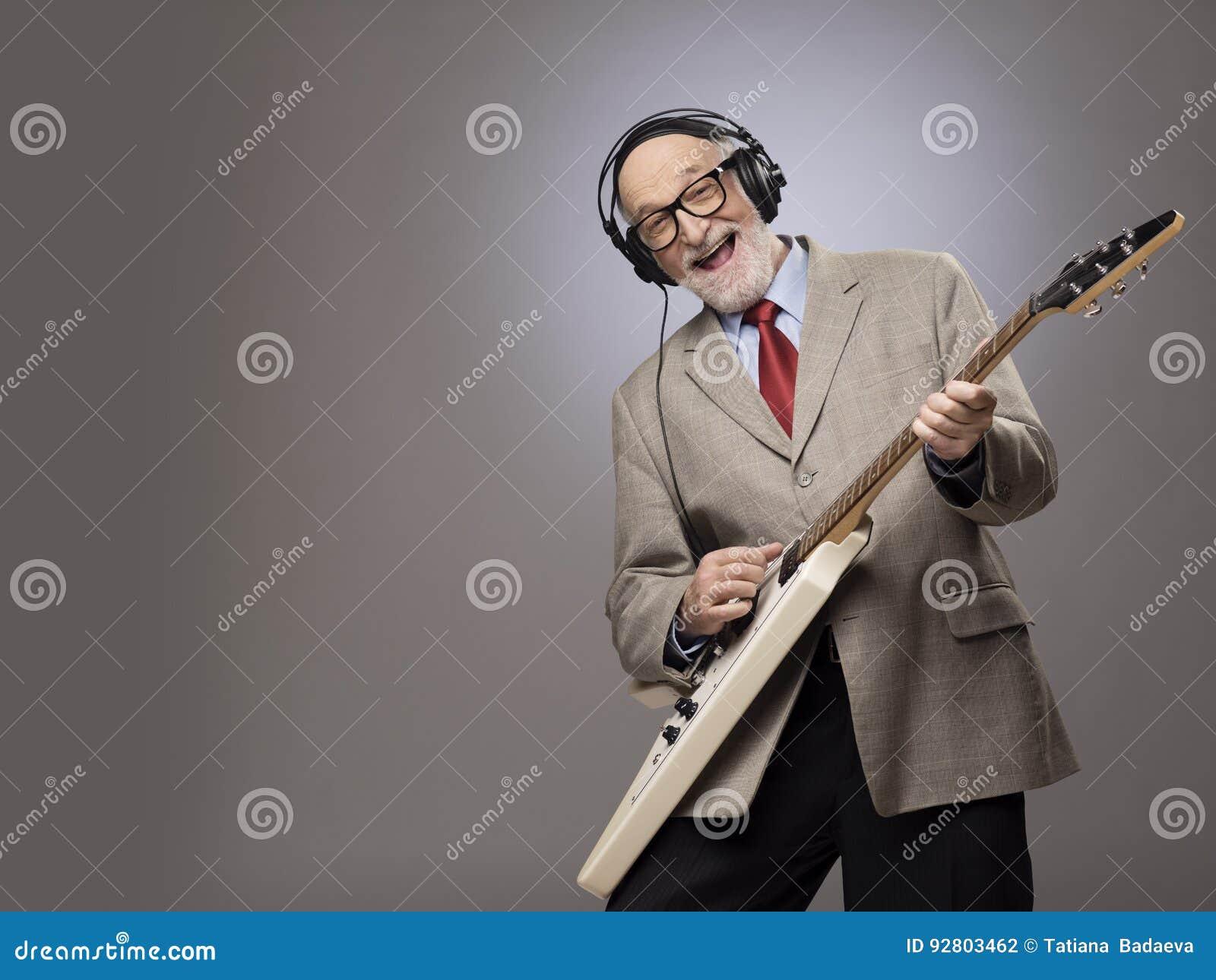 Ανώτερο άτομο που παίζει την ηλεκτρική κιθάρα