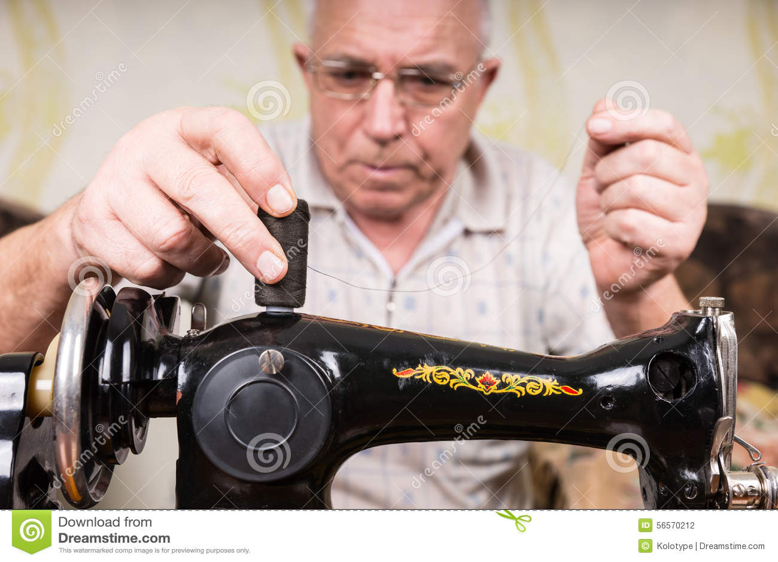 Download Ανώτερο άτομο που περνά κλωστή στην ντεμοντέ ράβοντας μηχανή Στοκ Εικόνες - εικόνα από παλαιός, ενδύματα: 56570212