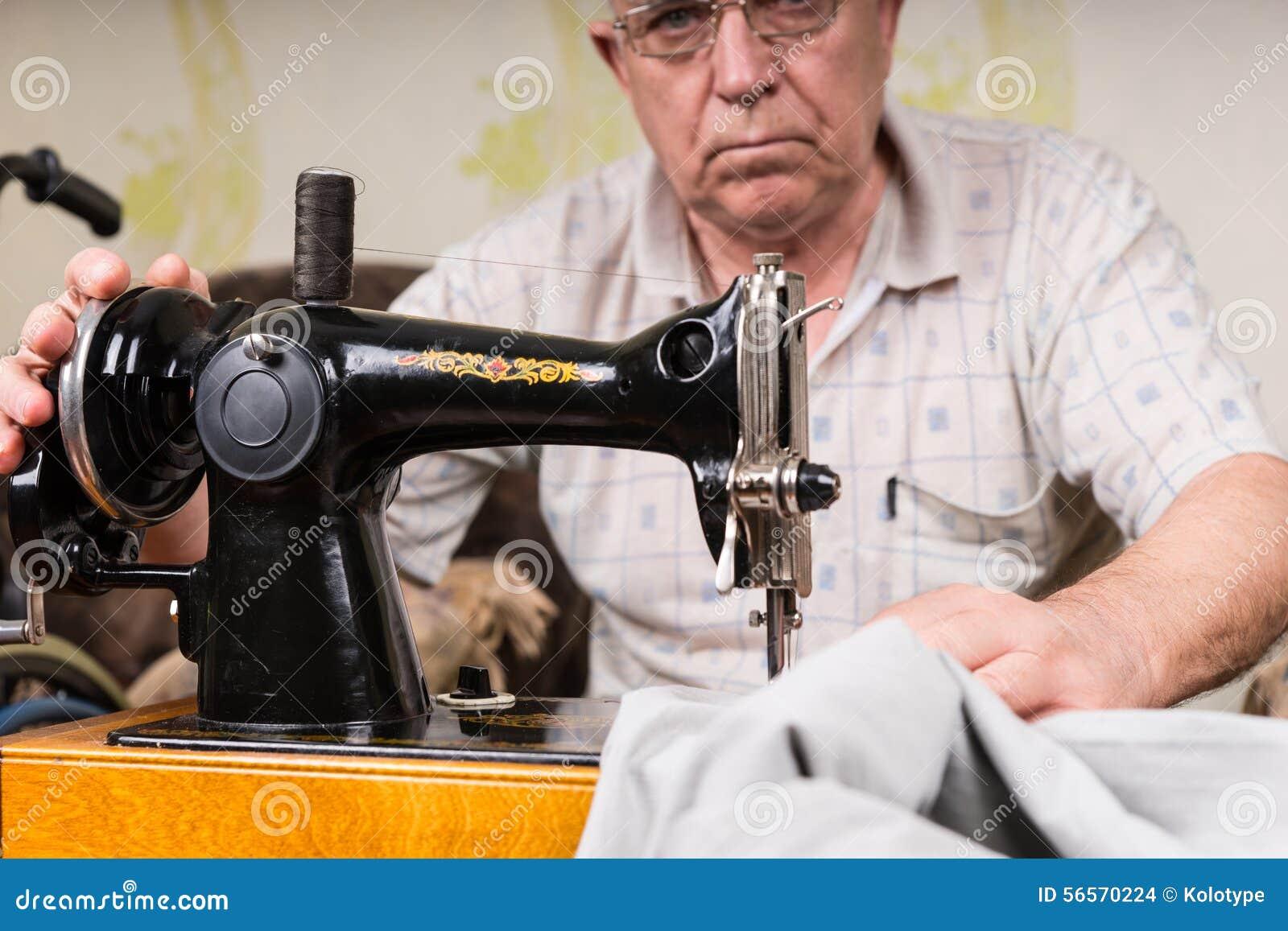 Download Ανώτερο άτομο που χρησιμοποιεί την ντεμοντέ ράβοντας μηχανή Στοκ Εικόνες - εικόνα από επισκευή, διαβίωση: 56570224