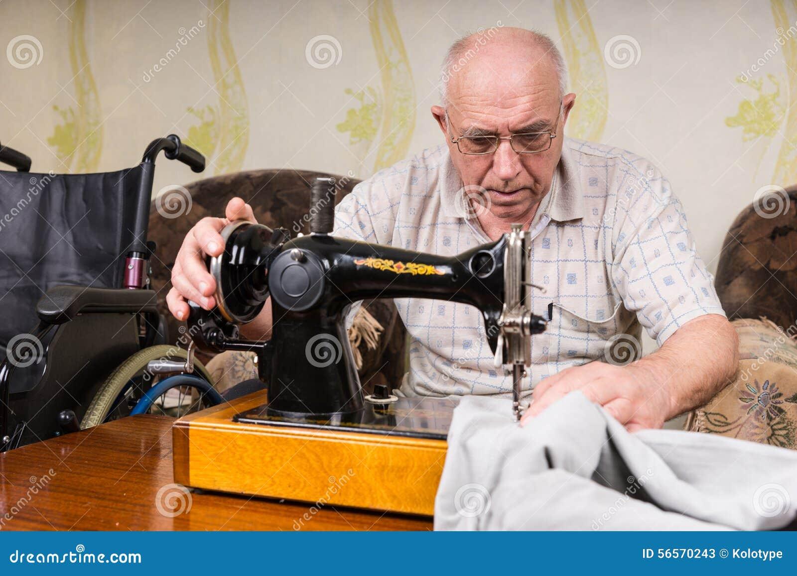 Download Ανώτερο άτομο που χρησιμοποιεί την ντεμοντέ ράβοντας μηχανή Στοκ Εικόνα - εικόνα από ανικανότητα, διαμορφωμένος: 56570243