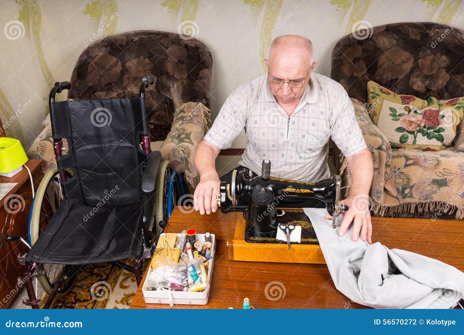 Download Ανώτερο άτομο που χρησιμοποιεί την ντεμοντέ ράβοντας μηχανή Στοκ Εικόνες - εικόνα από armlet, alon: 56570272