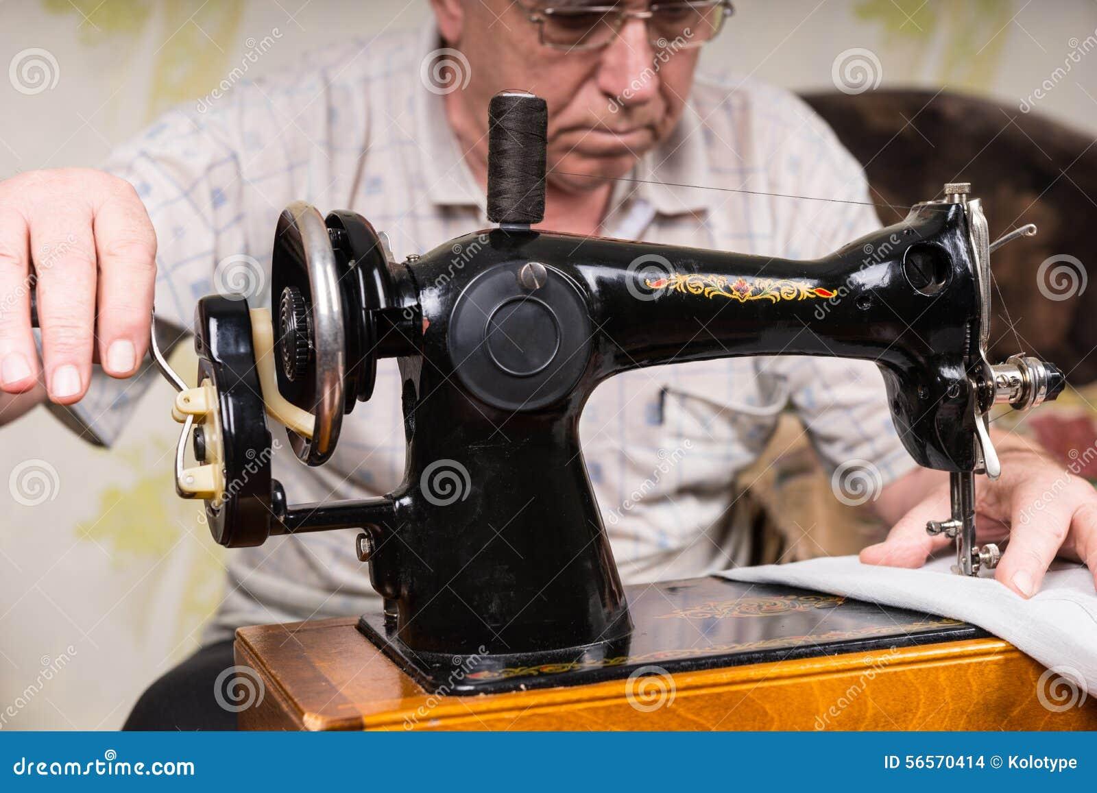 Download Ανώτερο άτομο που χρησιμοποιεί την ντεμοντέ ράβοντας μηχανή Στοκ Εικόνες - εικόνα από ραπτική, armlet: 56570414