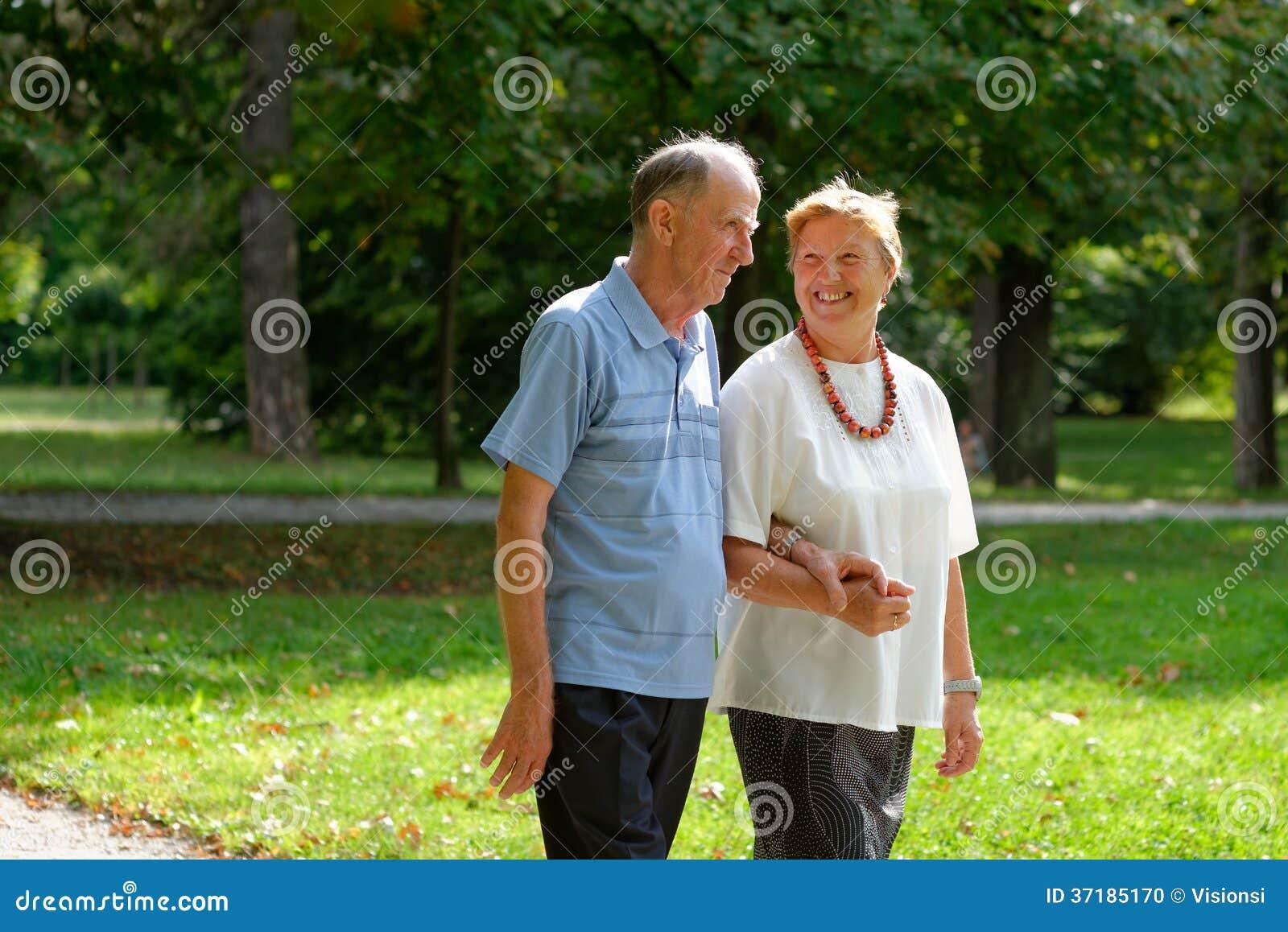Ανώτερο ευτυχές περπάτημα ζευγών