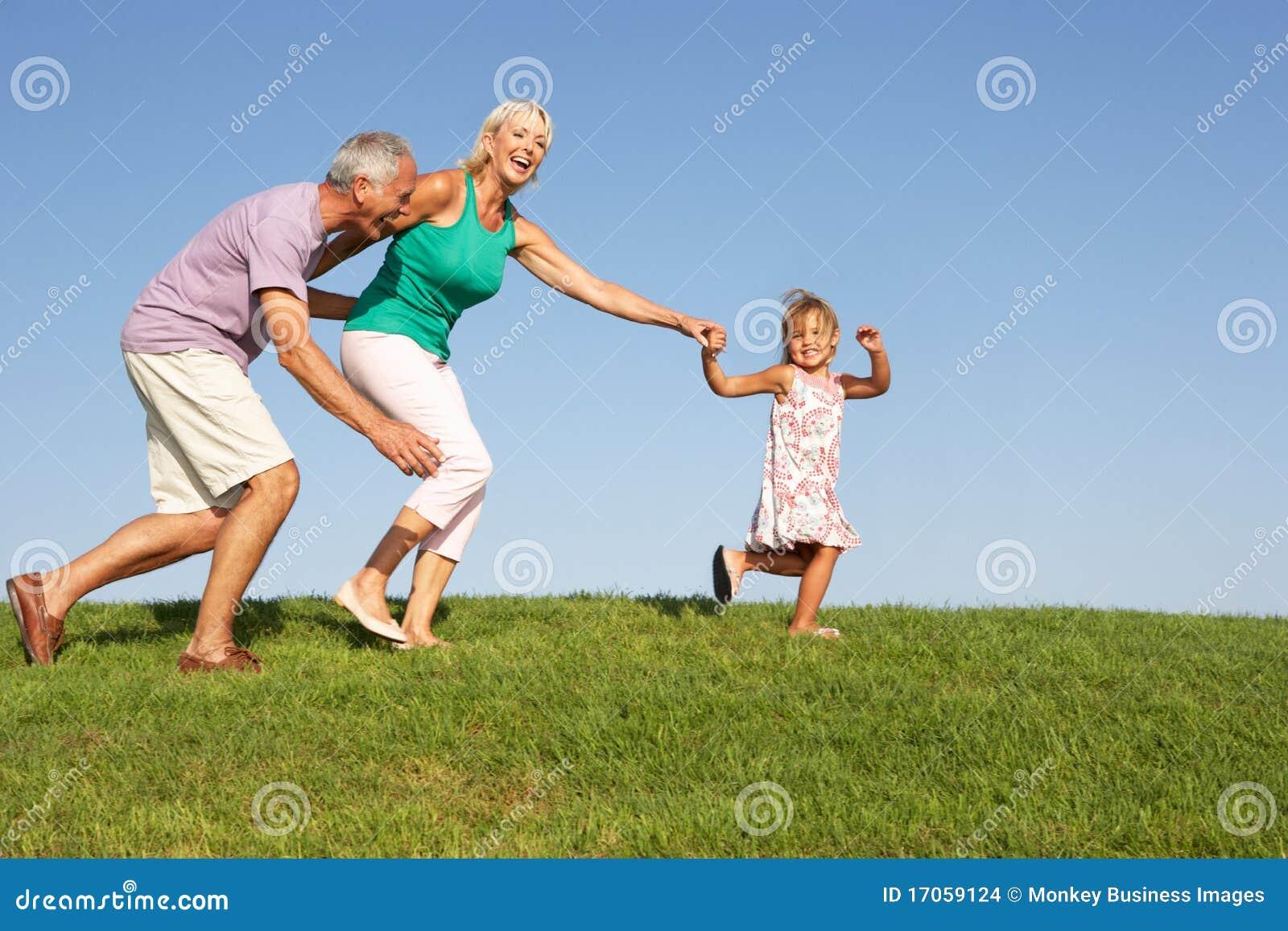 Ανώτερο ζεύγος, με την εγγονή, τρέξιμο