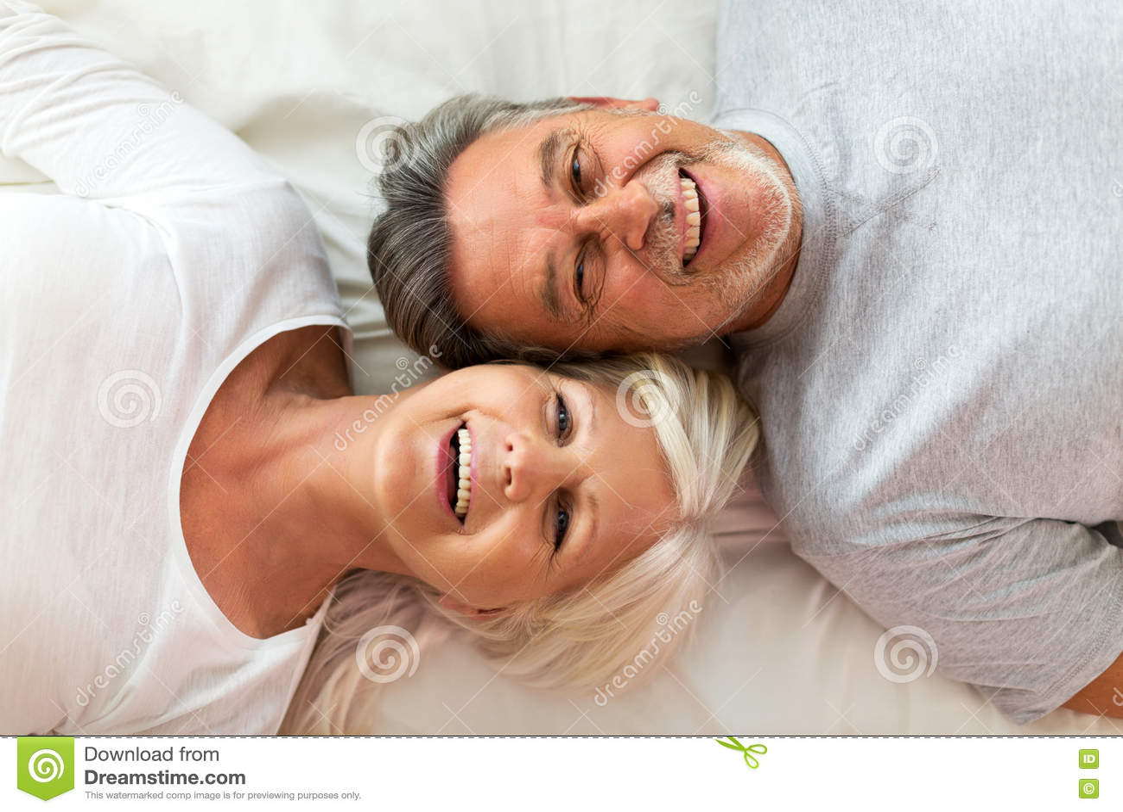 Ανώτερο ζεύγος που βρίσκεται στο κρεβάτι