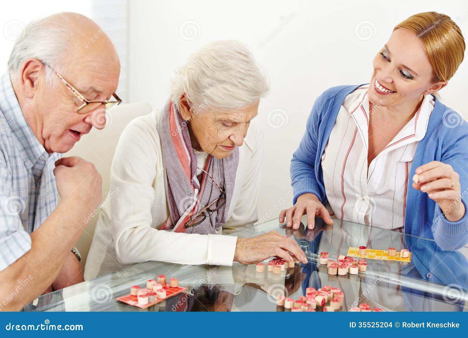 Ανώτερο ζεύγος που παίζει Bingo