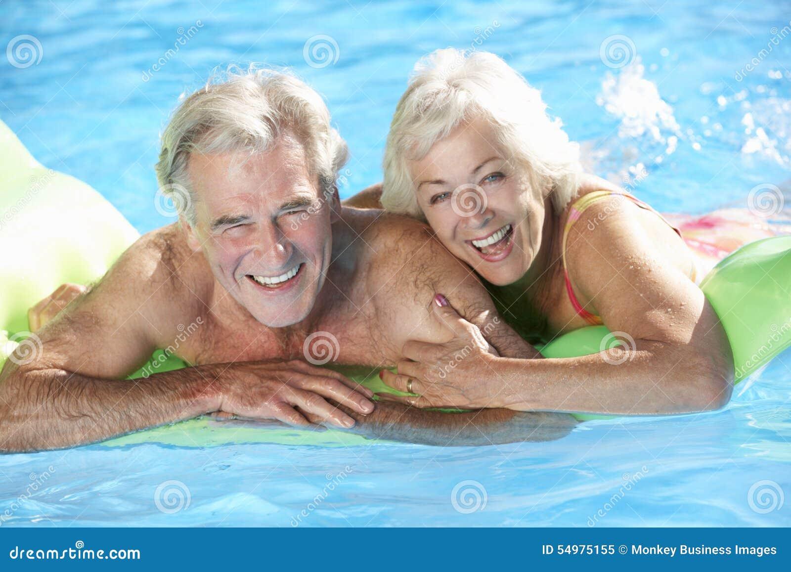 Ανώτερο ζεύγος στις διακοπές στην πισίνα