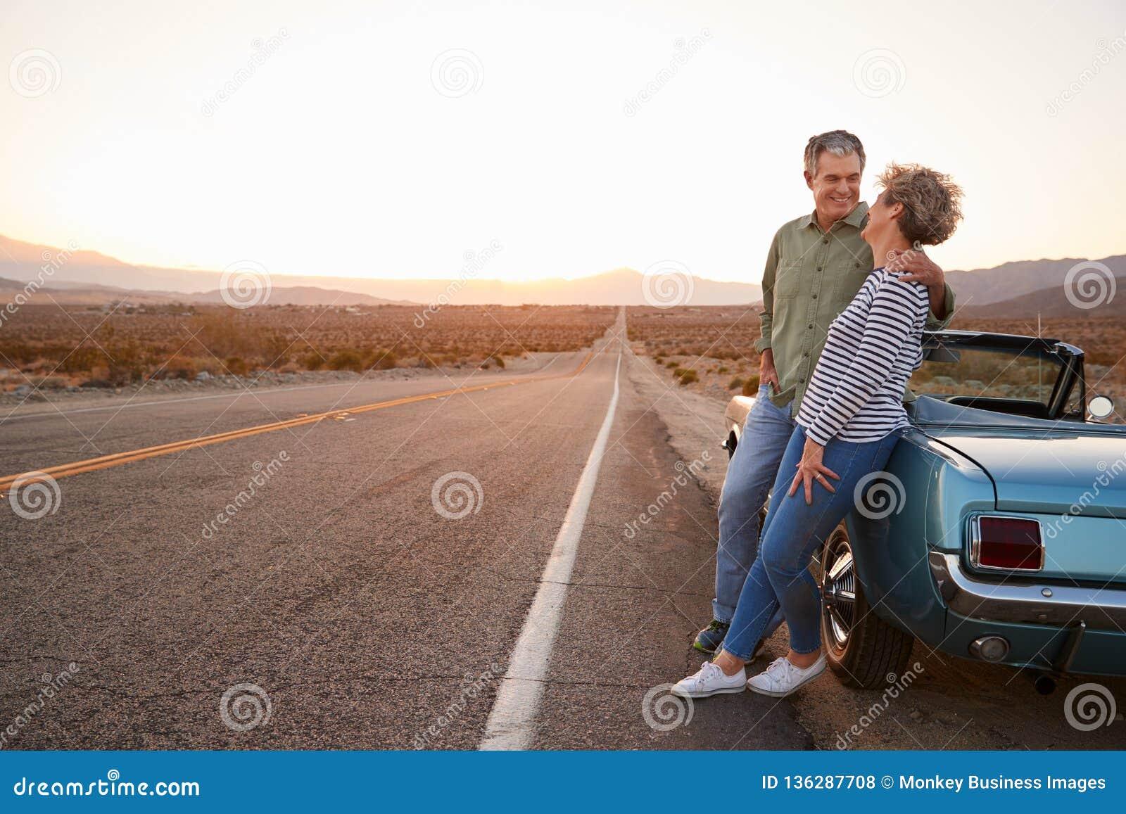 Ανώτερο ζεύγος στο οδικό ταξίδι που υπερασπίζεται το αυτοκίνητο, πλήρες μήκος