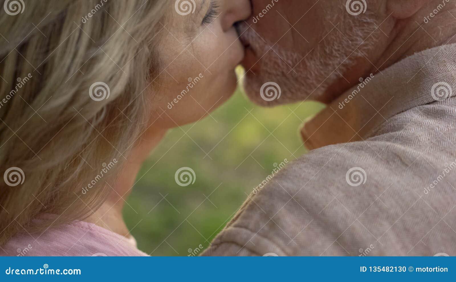 Ανώτερο φίλημα ζευγών, ισχυρός γάμος μετά από τα μακριά έτη να ζήσει από κοινού