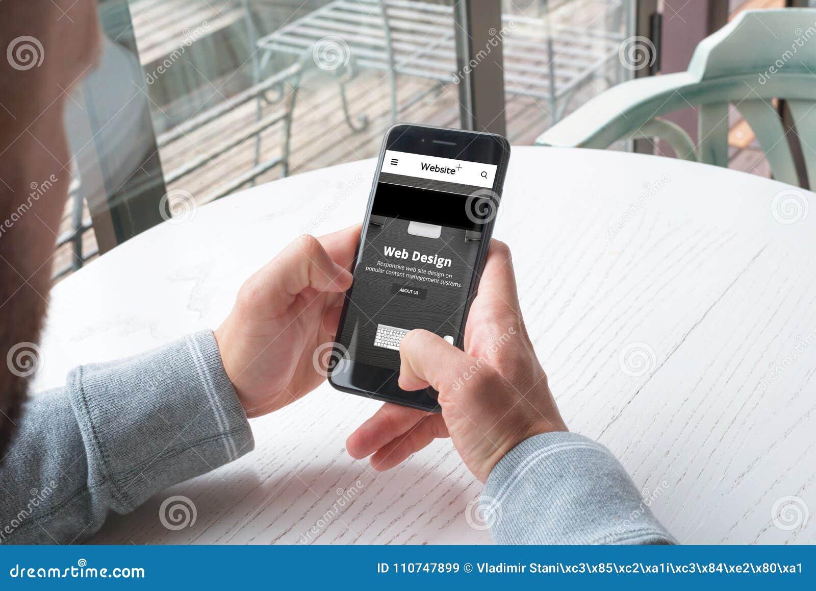 Απαντητική επιχείρηση σχεδίου ιστοχώρου OD στο κινητό τηλέφωνο στα χέρια ατόμων
