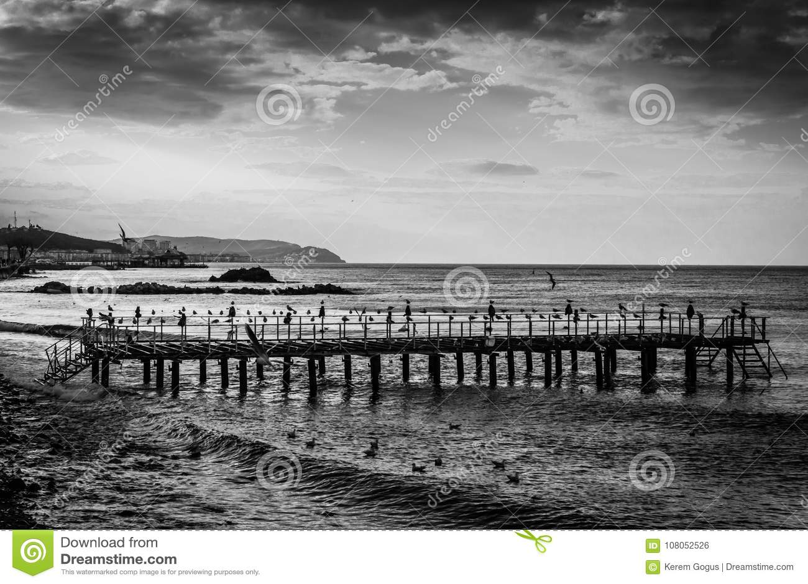 Αποβάθρα κατασκευής χάλυβα Desolated στην παραλία
