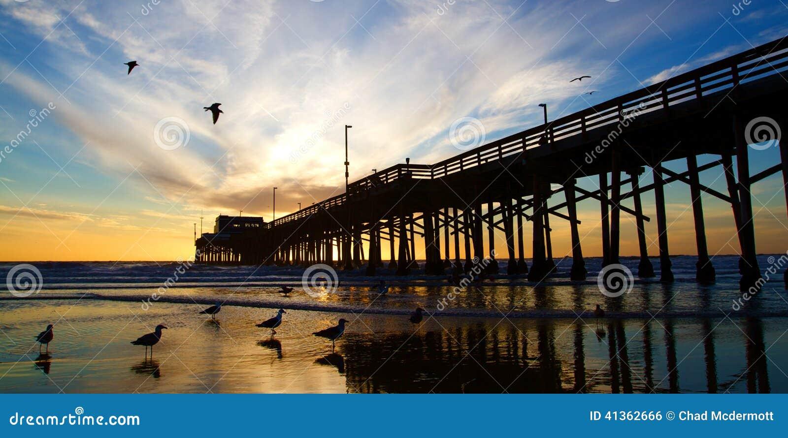 Αποβάθρα Καλιφόρνιας Newport Beach στο ηλιοβασίλεμα