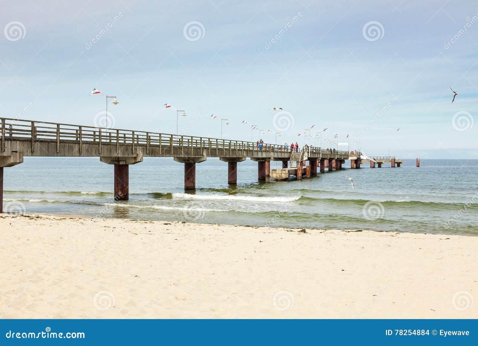 Αποβάθρα στην παραλία της θάλασσας της Βαλτικής Goehren, νησί Ruegen