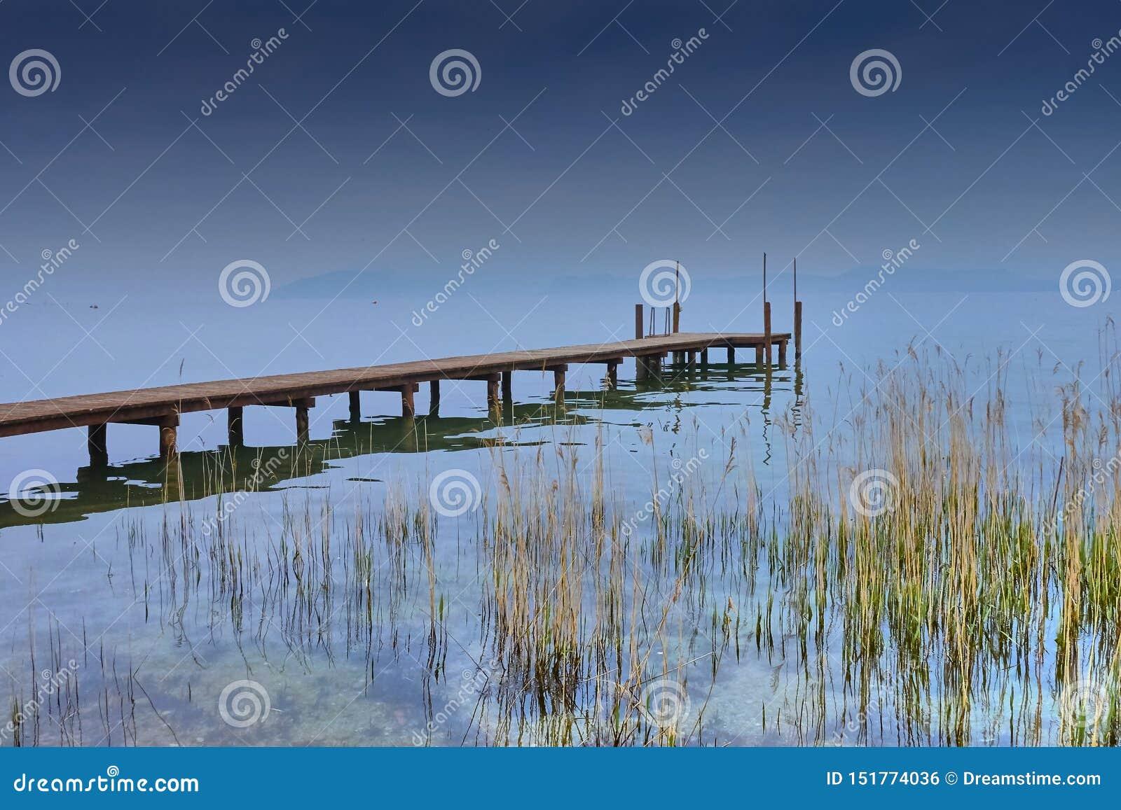 Αποβάθρα στη λίμνη Garda, σύνολο ήλιων