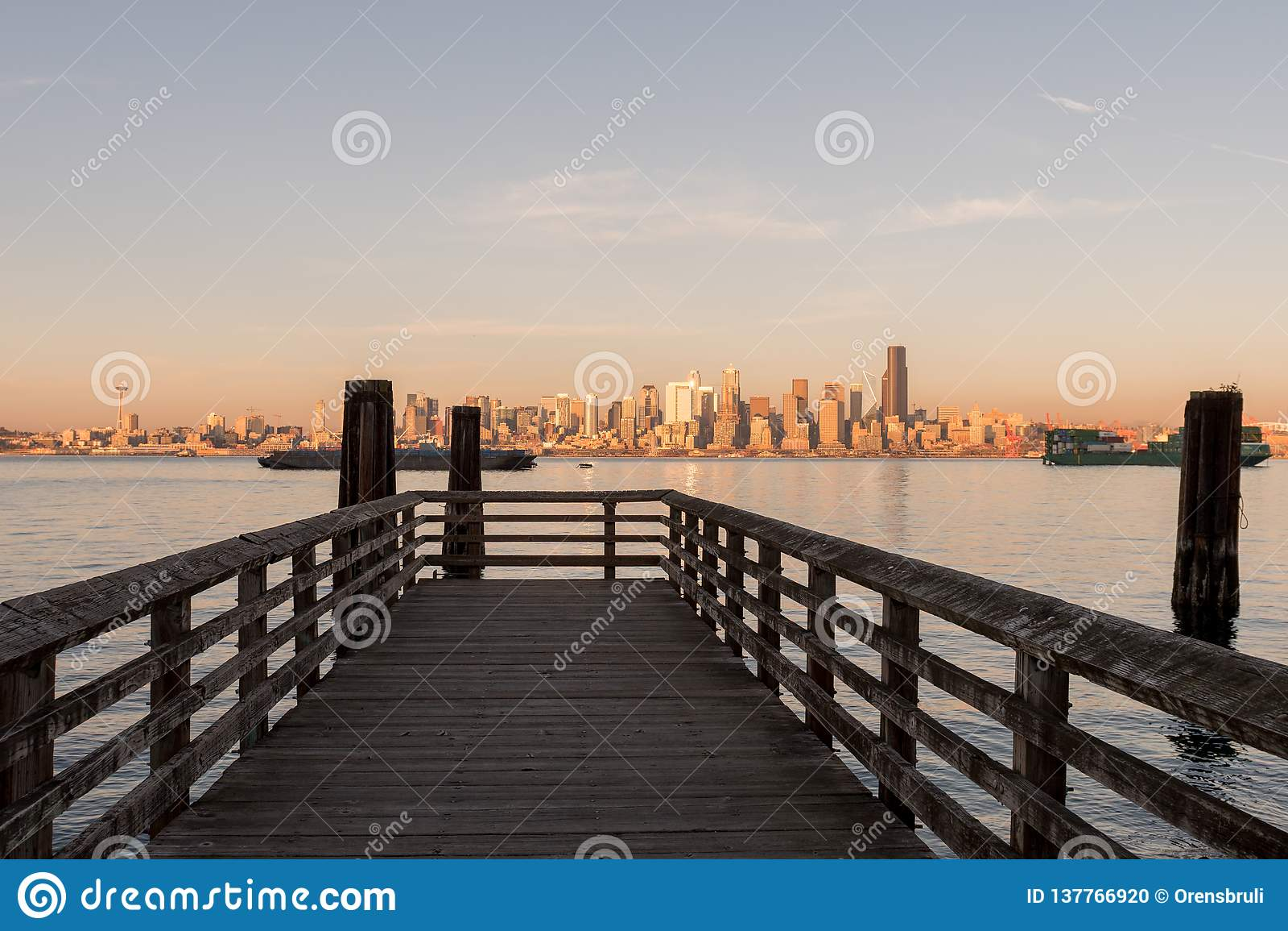Αποβάθρα στον κόλπο του Σιάτλ με το φως ηλιοβασιλέματος πέρα από τους στο κέντρο της πόλης ουρανοξύστες στο υπόβαθρο, Ουάσιγκτον,