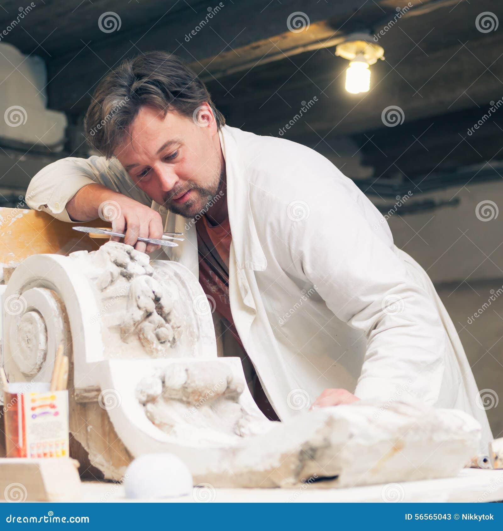 Download Αποκαταστάτης που λειτουργεί με το πρότυπο γύψου Στοκ Εικόνα - εικόνα από εργασία, ιστορία: 56565043