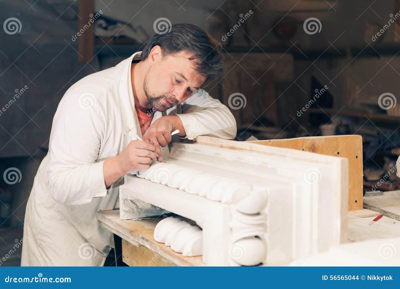 Download Αποκαταστάτης που κάνει την εργασία του Στοκ Εικόνες - εικόνα από γύψος, ανθρώπινος: 56565044