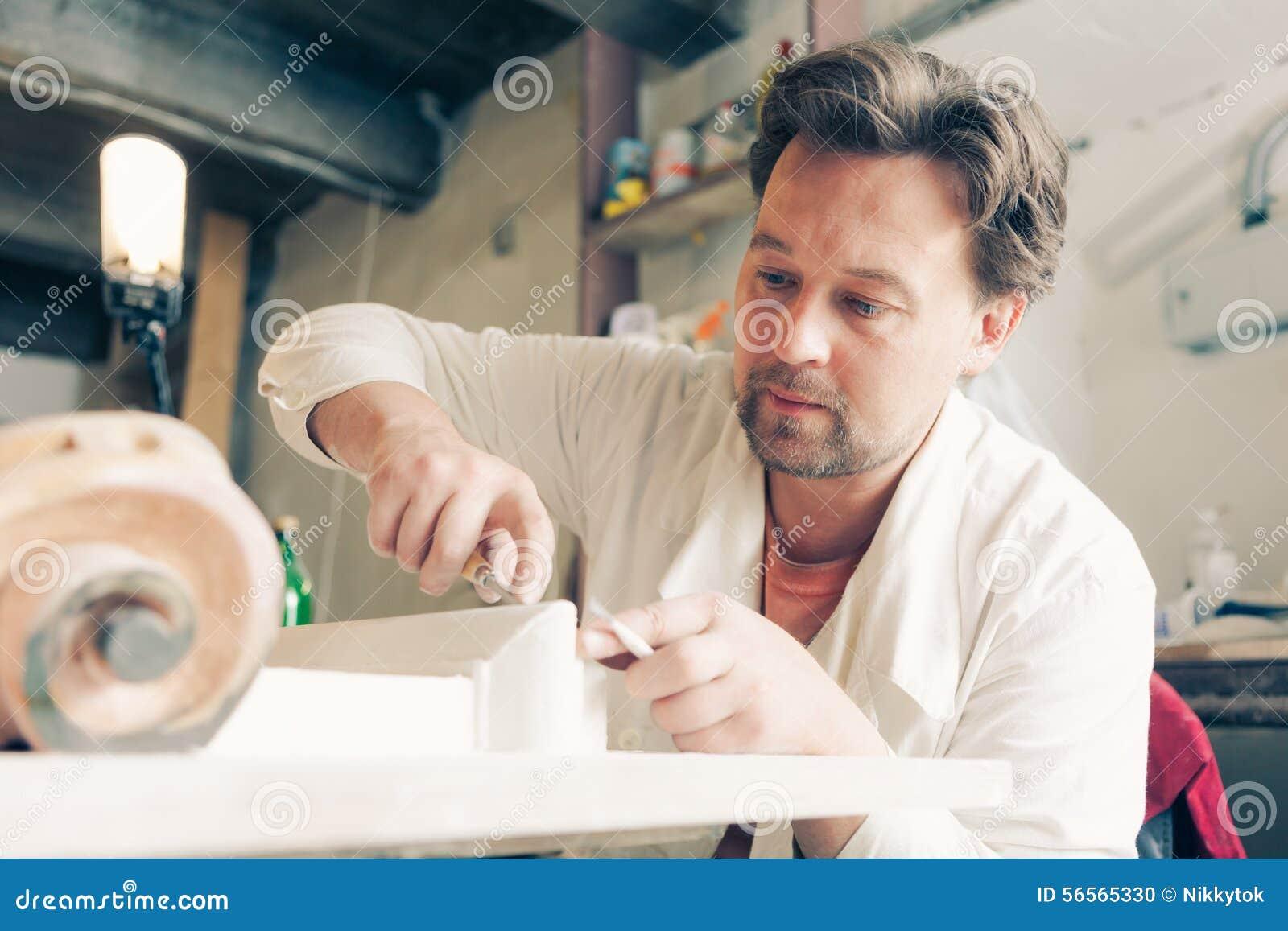 Download Αποκαταστάτης που κάνει την εργασία του Στοκ Εικόνες - εικόνα από ανακαινίστε, δάχτυλα: 56565330