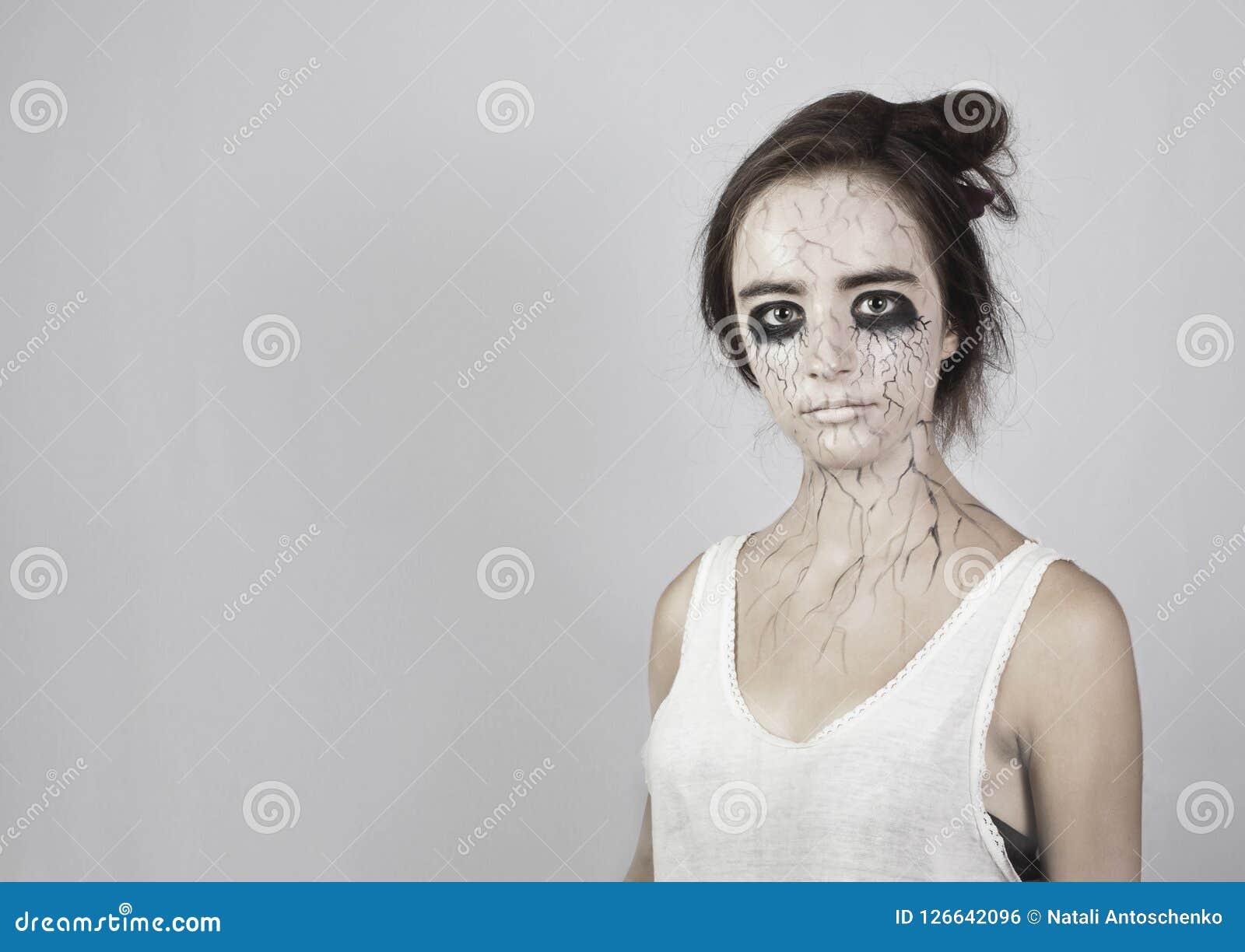 αποκριές Πορτρέτο ενός λυπημένου κοριτσιού με τους μώλωπες κάτω από τα μάτια της, μαύρες φλέβες στο πρόσωπό της έννοια αποκριών κ
