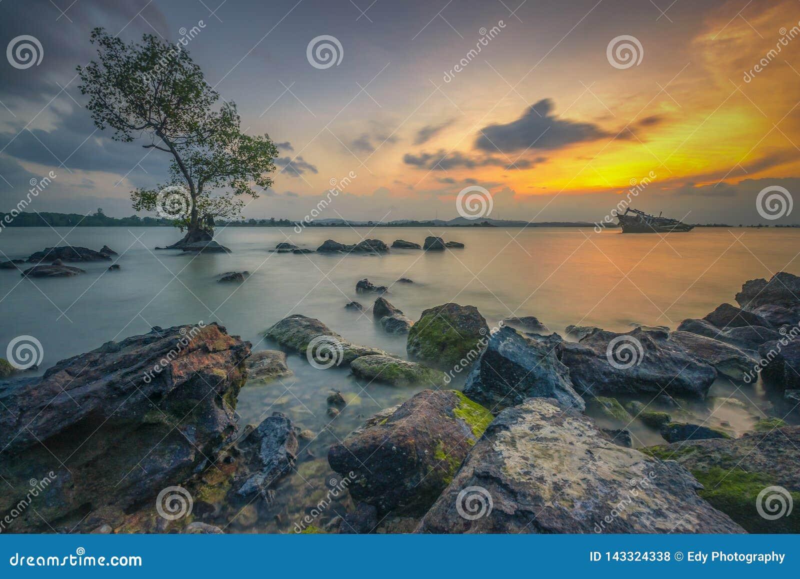 Απολαύστε το ηλιοβασίλεμα στην άκρη του βράχου
