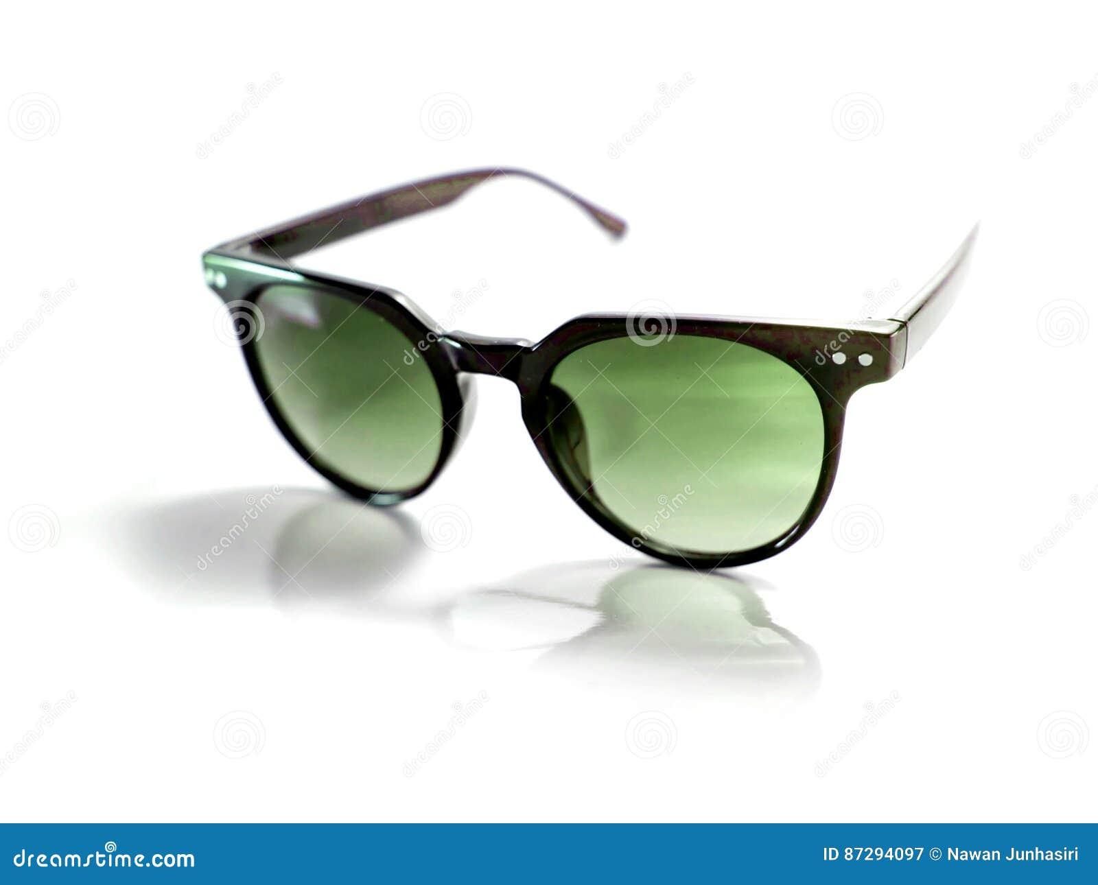1610e464d9 Απομονωμένα μαύρα γυαλιά ηλίου με τον πράσινο φακό στο άσπρο υπόβαθρο
