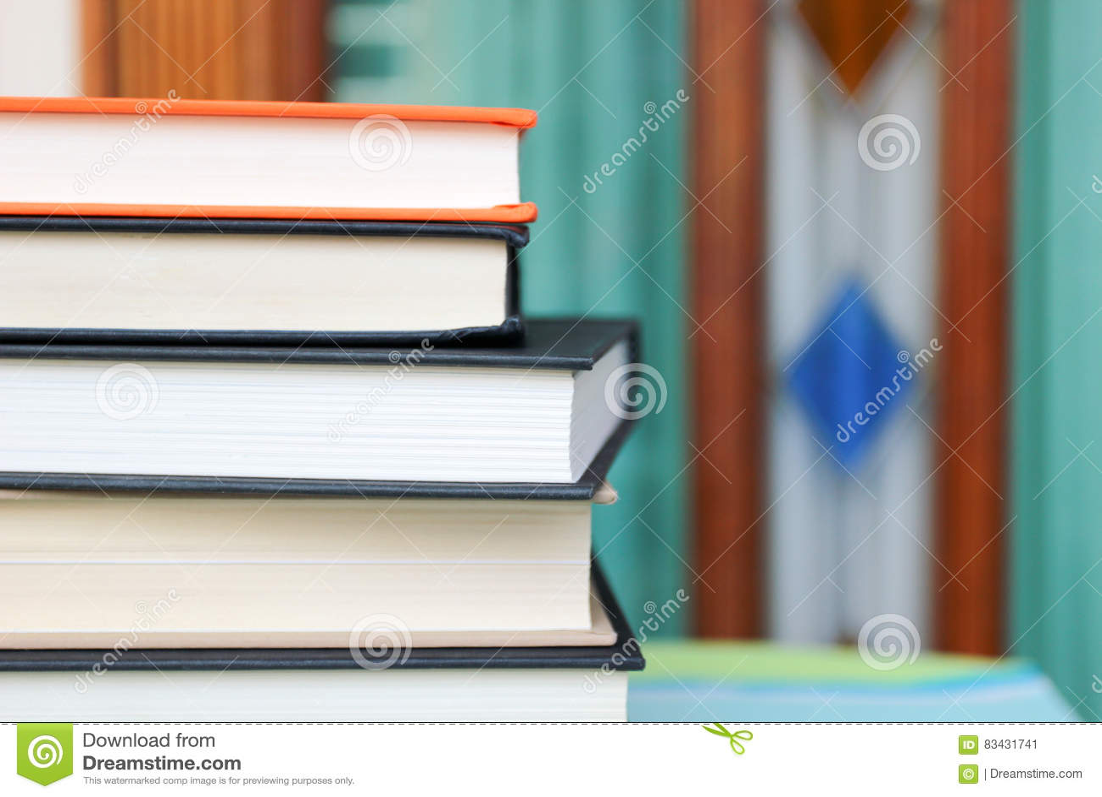 απομονωμένη βιβλία στοίβα σειράς
