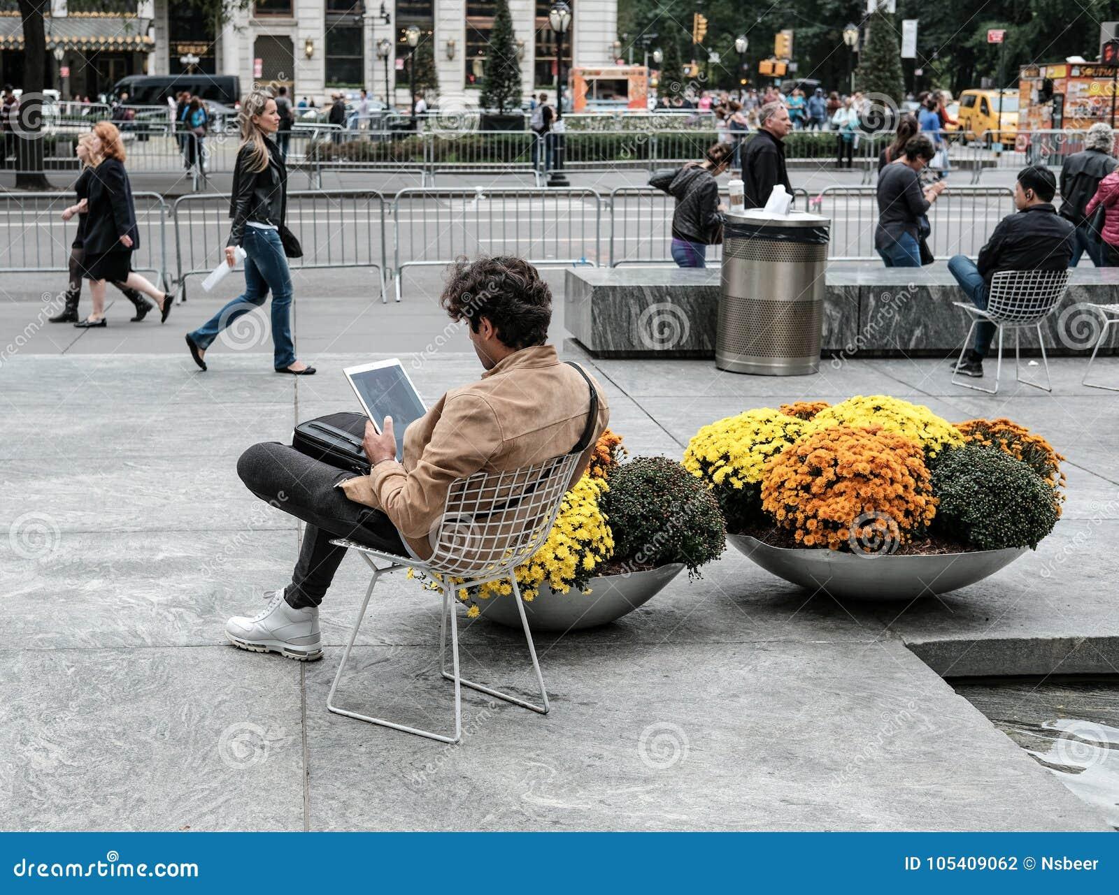 Απομονωμένη νέα βλέπω? αρσενικό συνεδρίαση στην πόλη της Νέας Υόρκης, που εξετάζει έναν υπολογιστή ταμπλετών