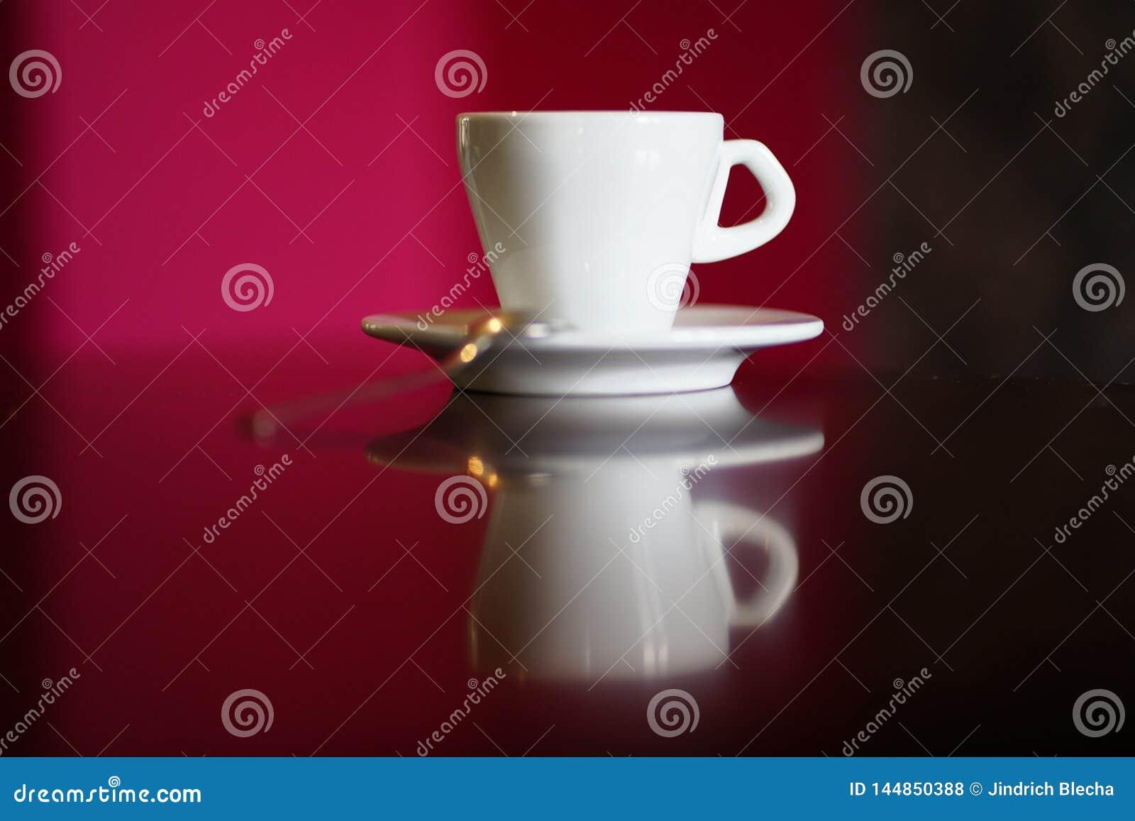 Απομονωμένο άσπρο φλυτζάνι καφέ με το πιάτο και το κουτάλι