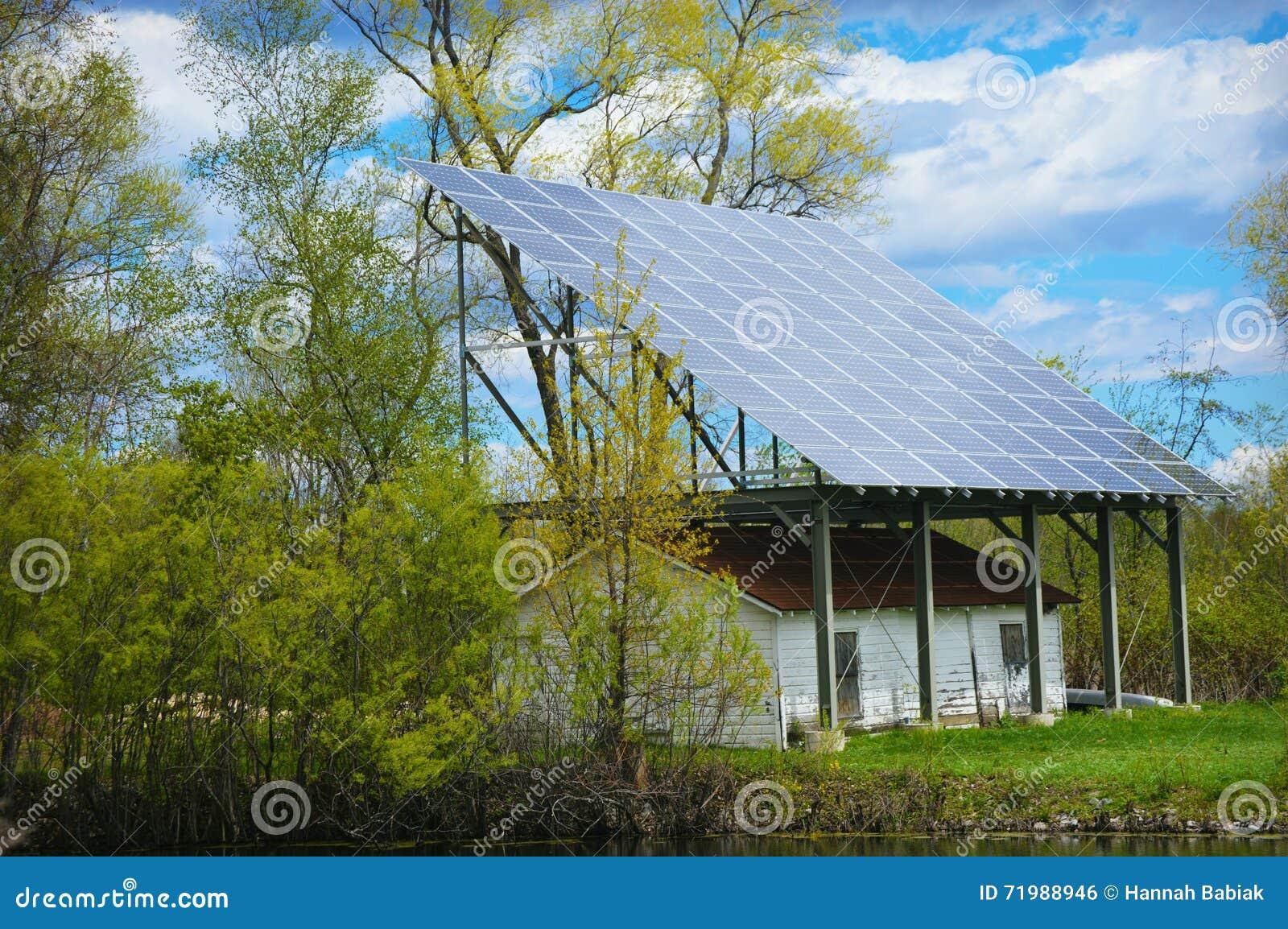 απομονωμένο επιτροπής ηλιακό λευκό ήλιων ενεργειακής χέρι