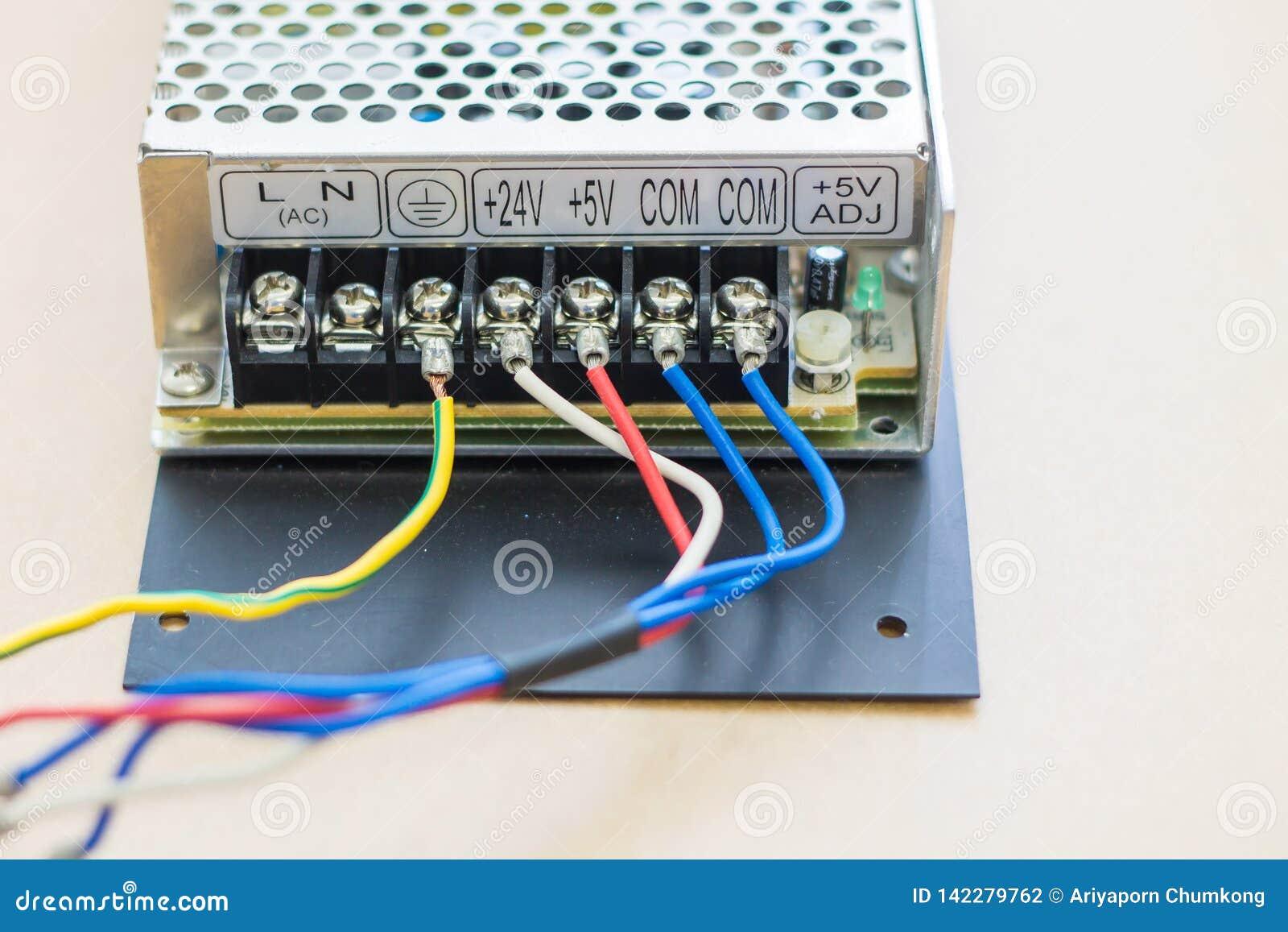 απομονωμένο λευκό μετατροπής παροχής ηλεκτρικού ρεύματος ανασκόπησης κινηματογράφηση σε πρώτο πλάνο